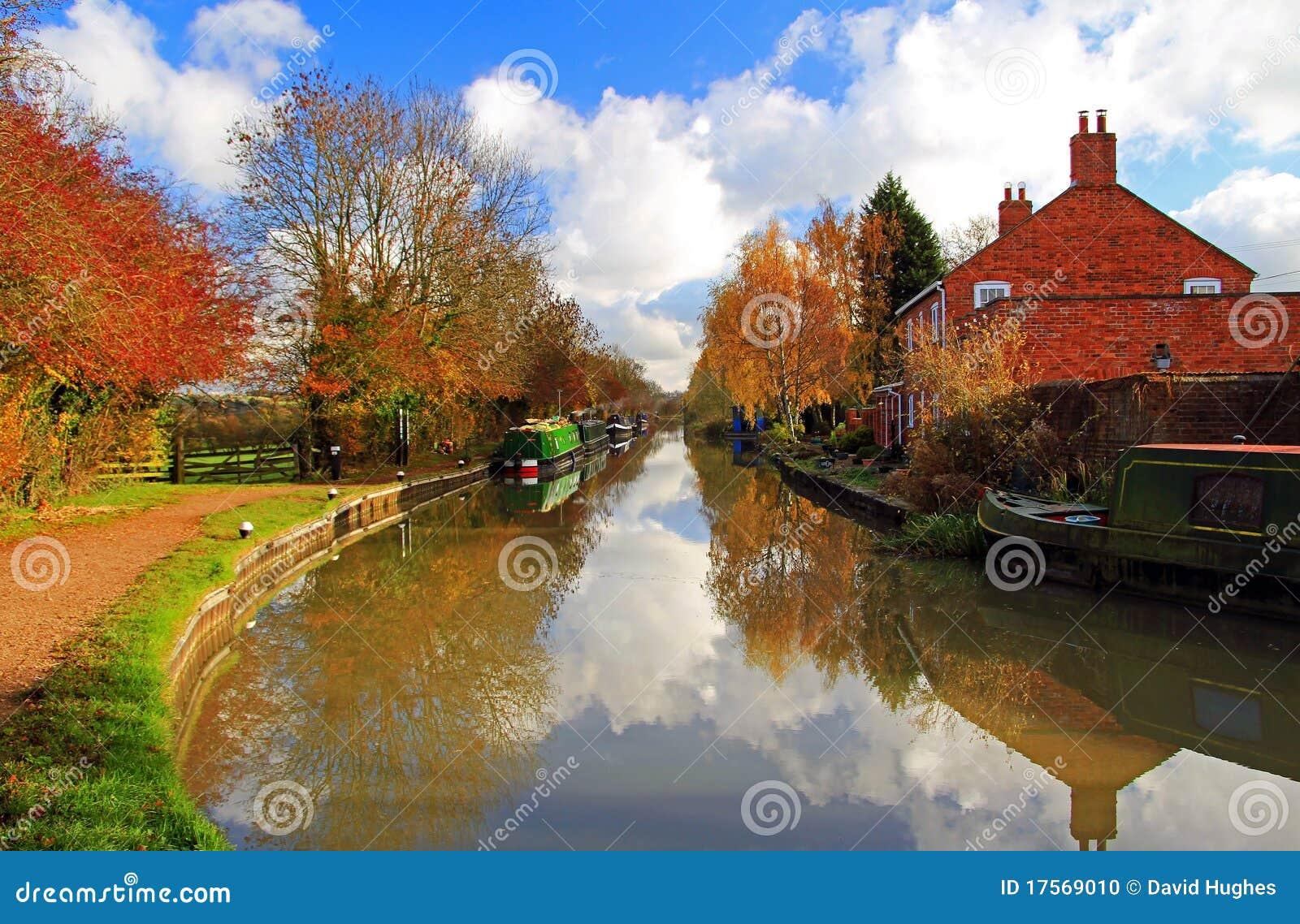 Kanal-Boote unter Herbst-Farben