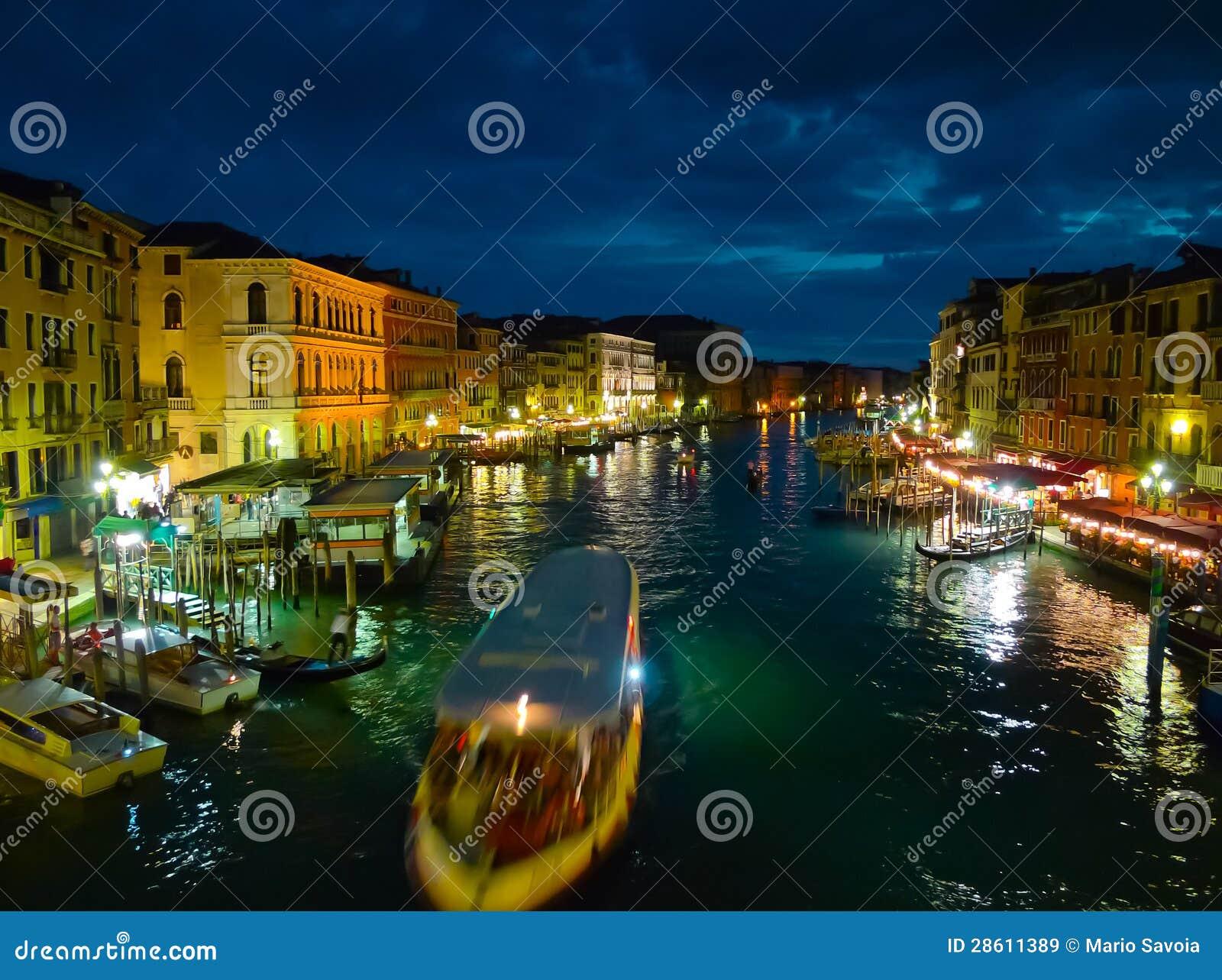Kanal groß nachts