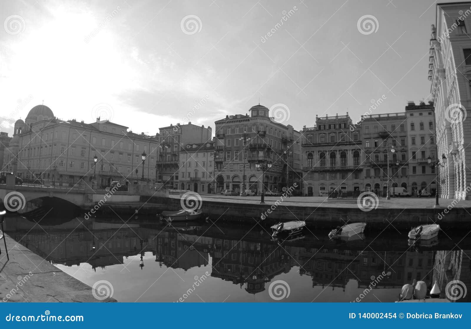 Kanal groß und Port in der Stadt, Triest, Italien 2019 Schwarzweiss-Foto Pekings, China
