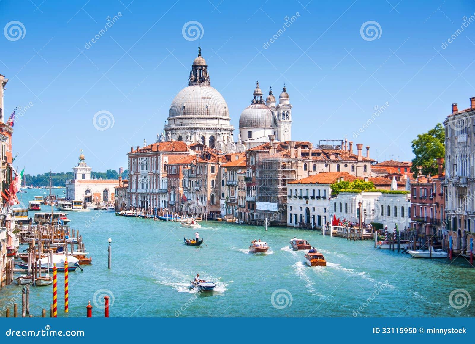 Kanal som är stor med basilikadi Santa Maria della Salute i Venedig, Italien