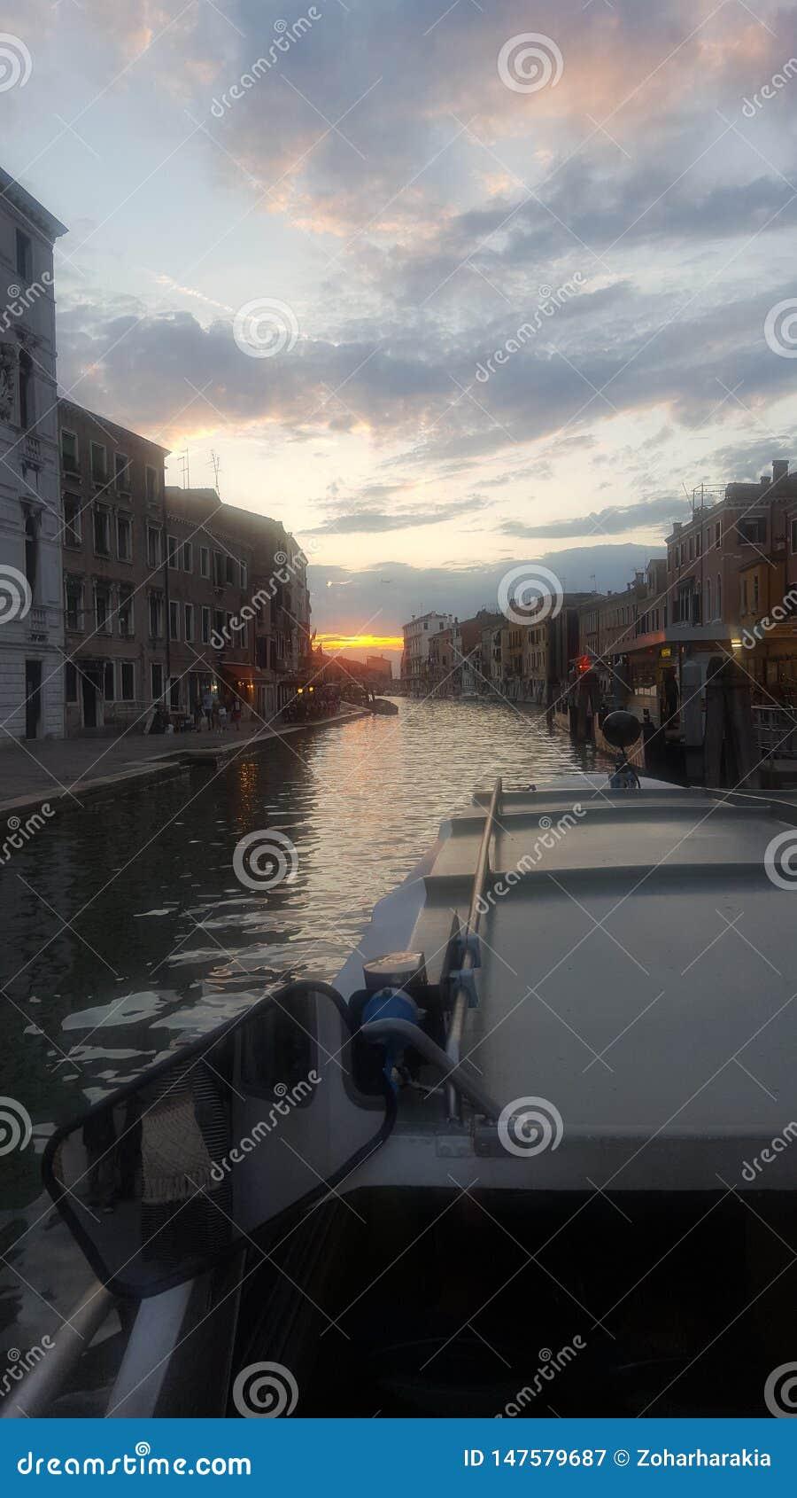 Kanal in Venedig am Sonnenuntergang