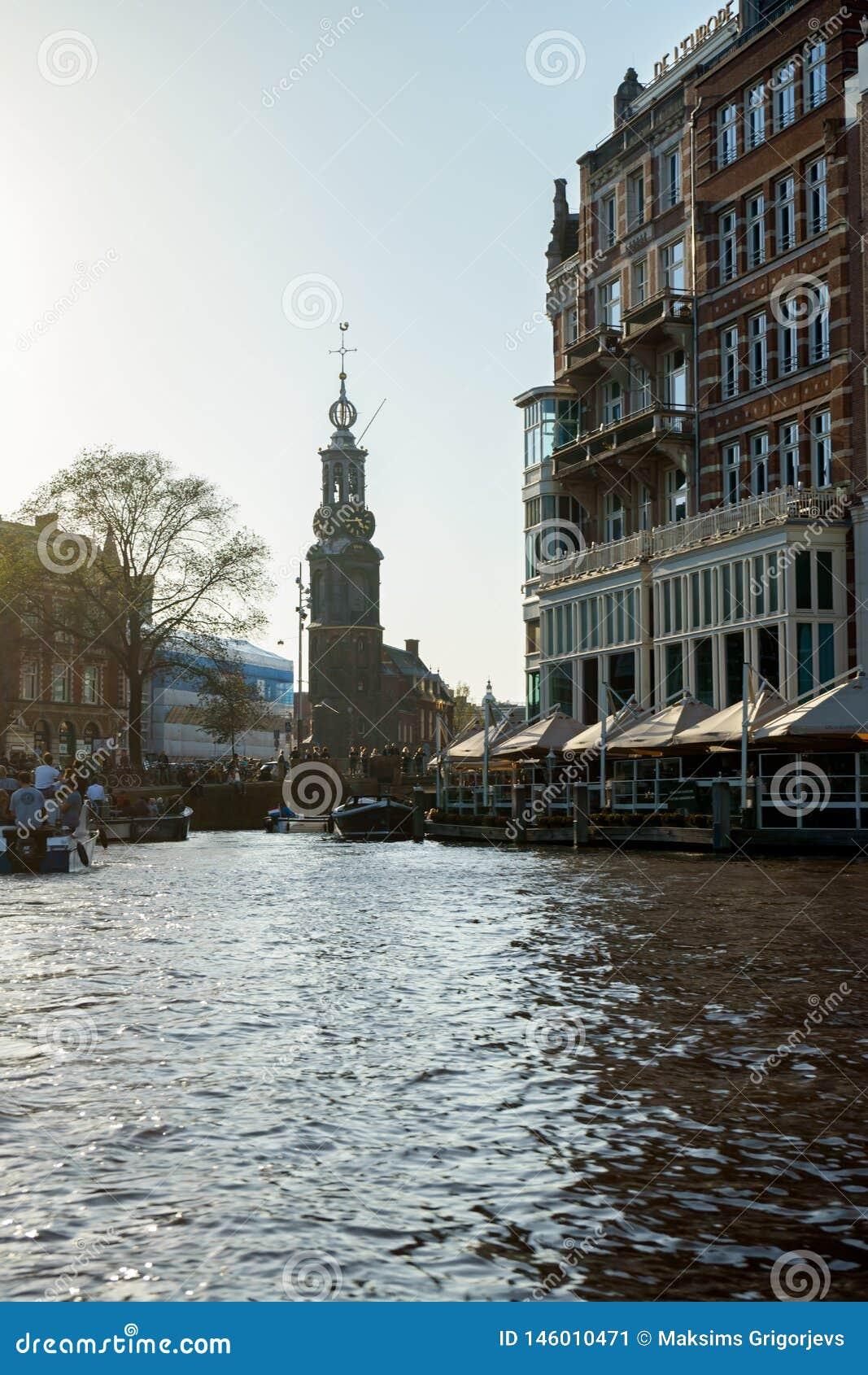 Kanalansichten über Munttoren-Turm in Amsterdam, die Niederlande, am 13. Oktober 2017