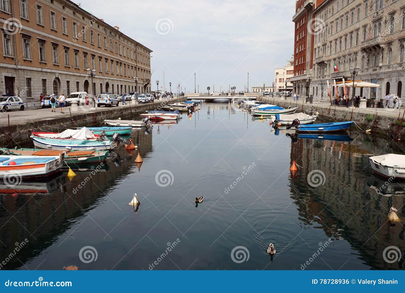 Kanalen i gatan av staden