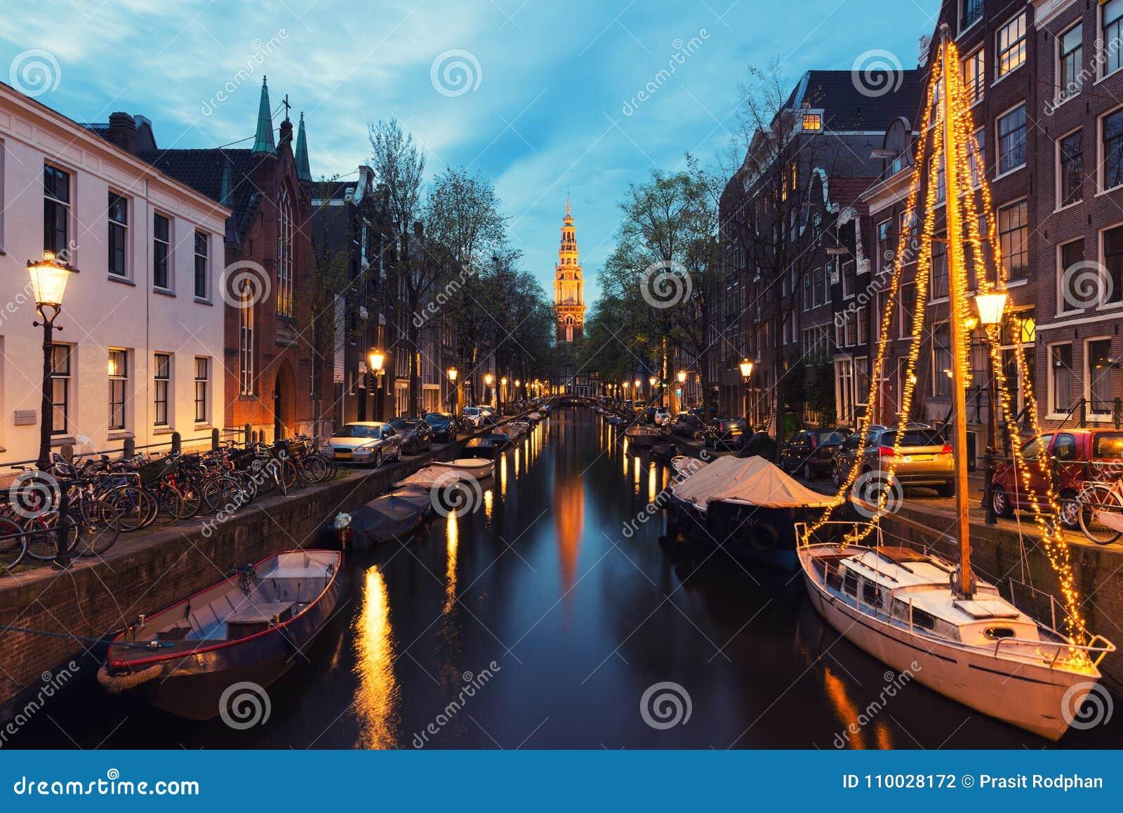 Kanalen van Amsterdam bij nacht in Nederland Amsterdam is ca