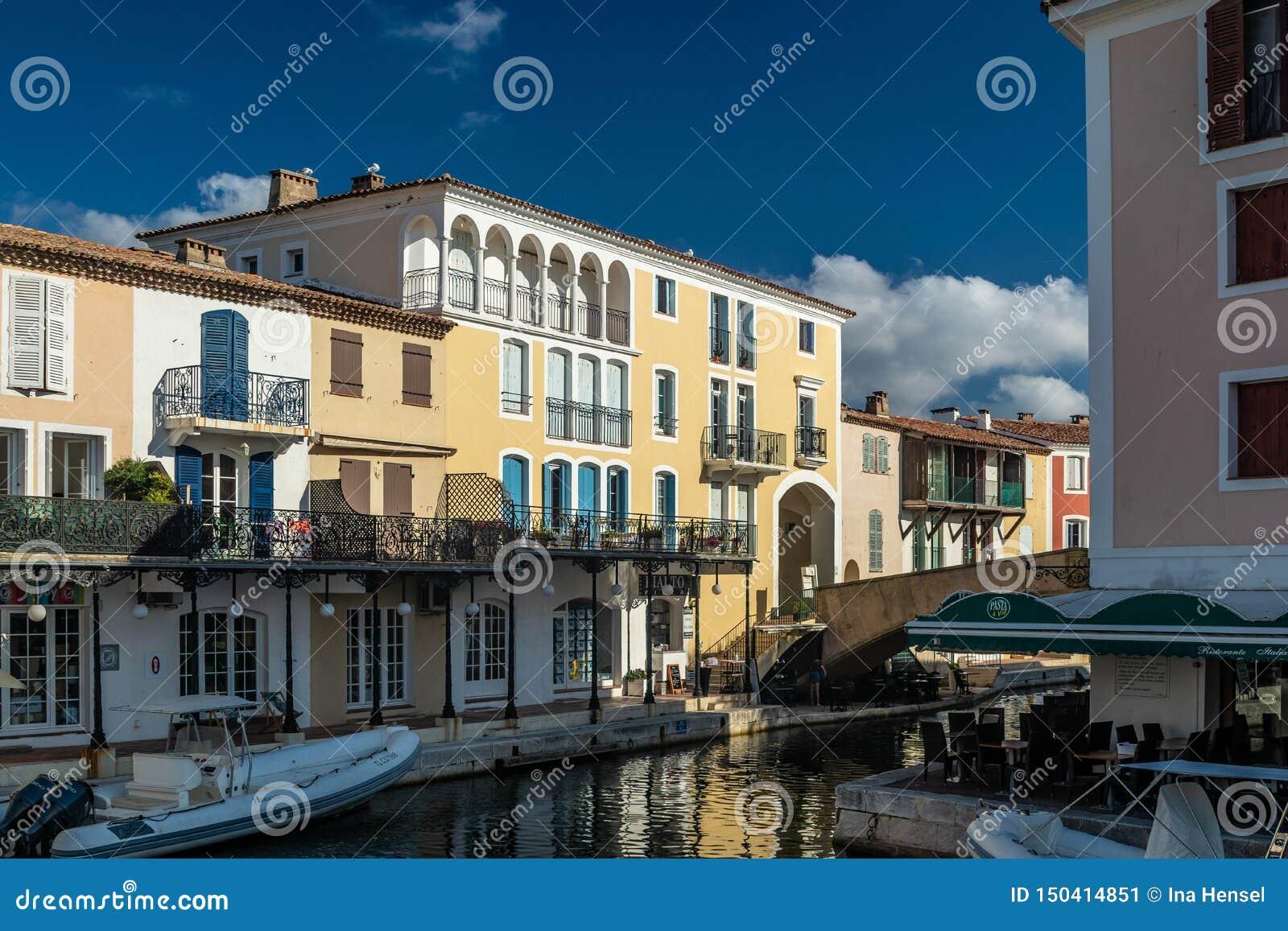 Kanaler och fartyg av den portGrimaud byn