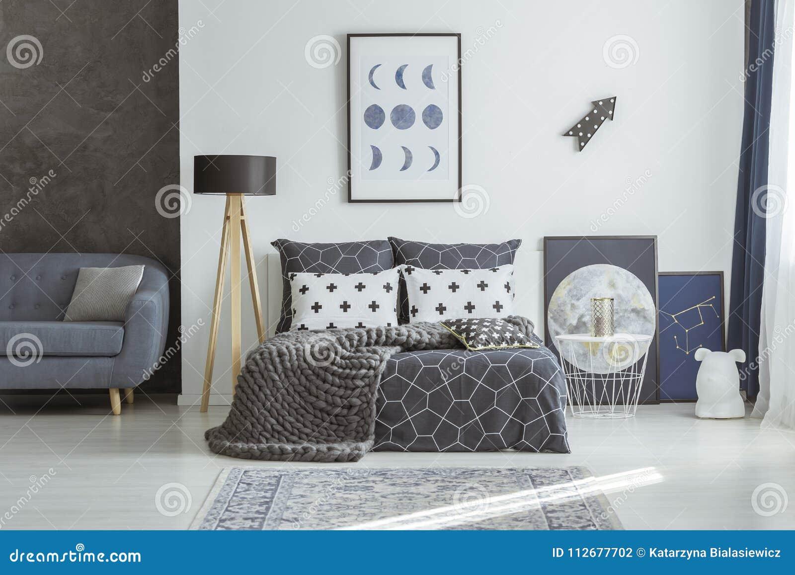 Kanapa w marynarki wojennej błękita sypialni