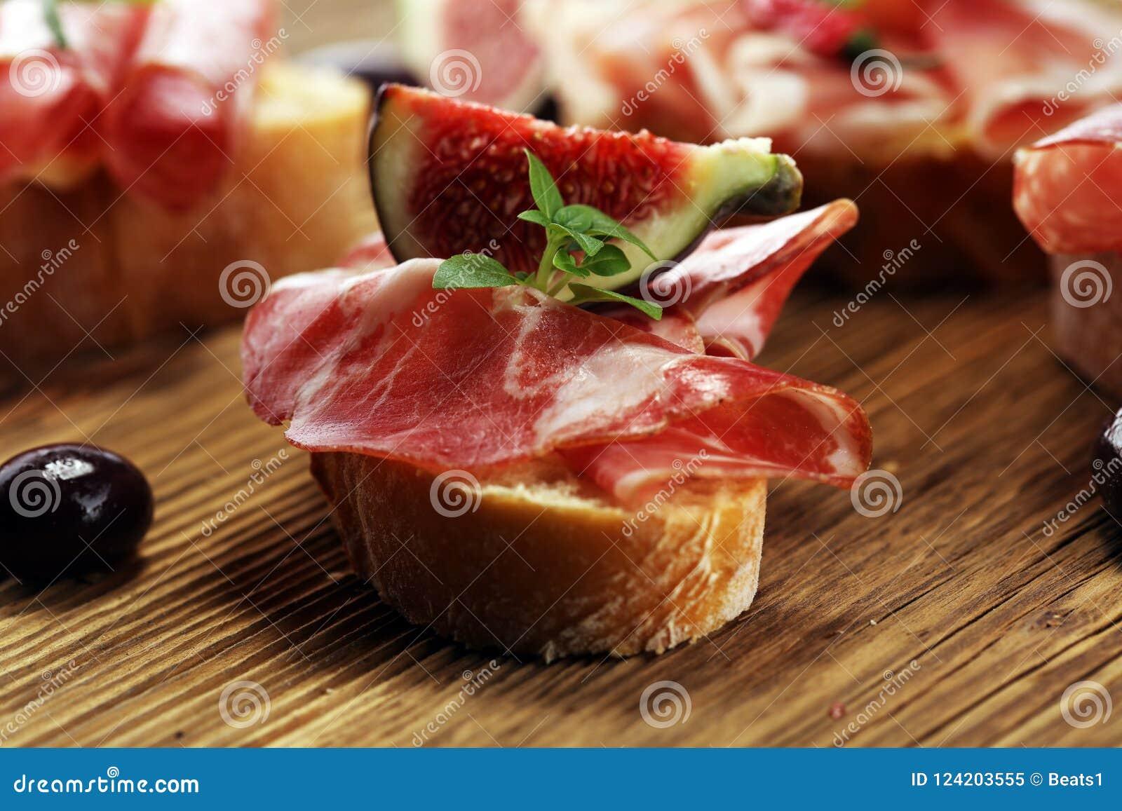 Kanapka z prosciutto, salami lub crudo Antipasti smakosza b