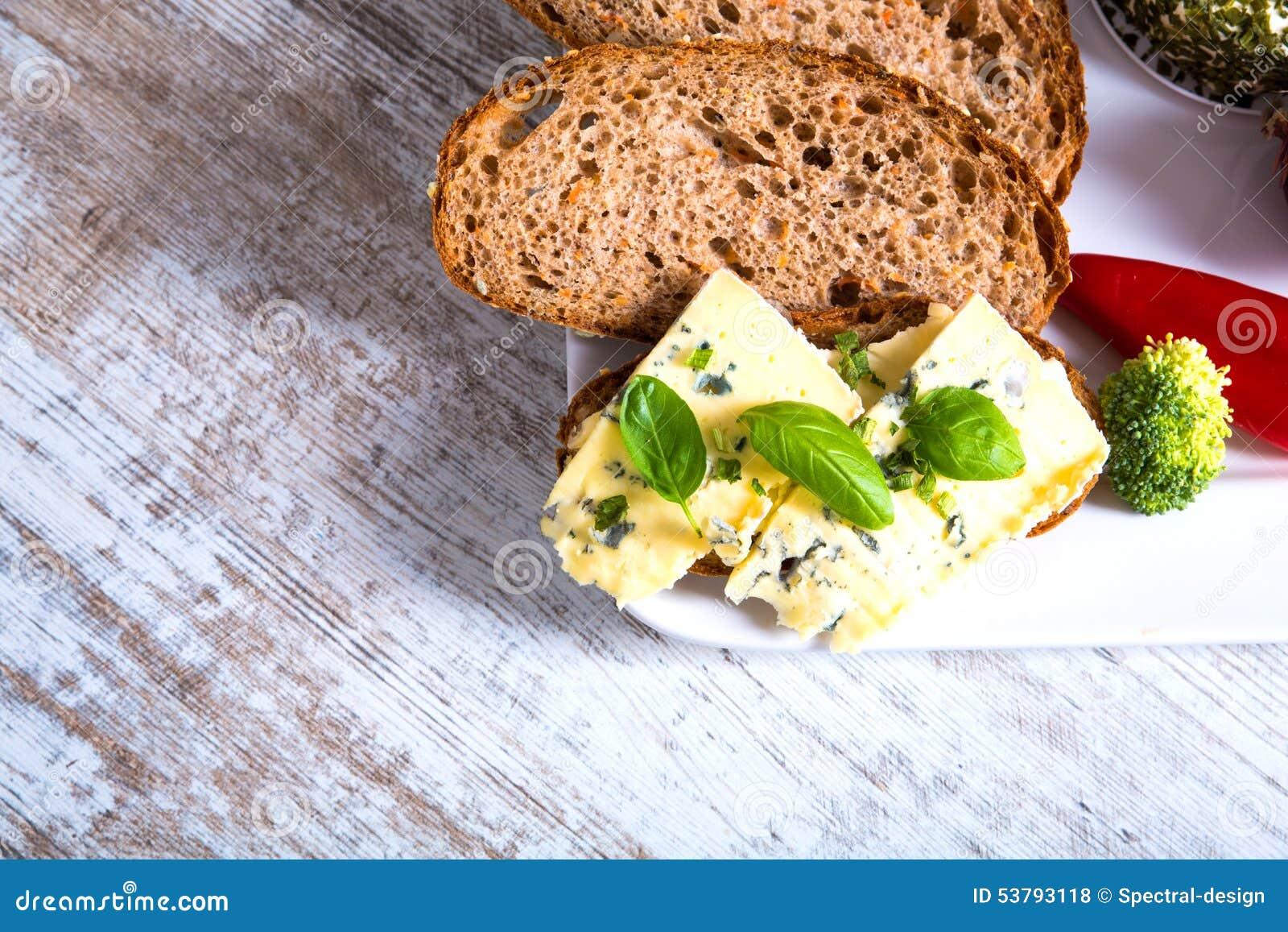 Kanapka z Roquefort serem i ciemnym chlebem