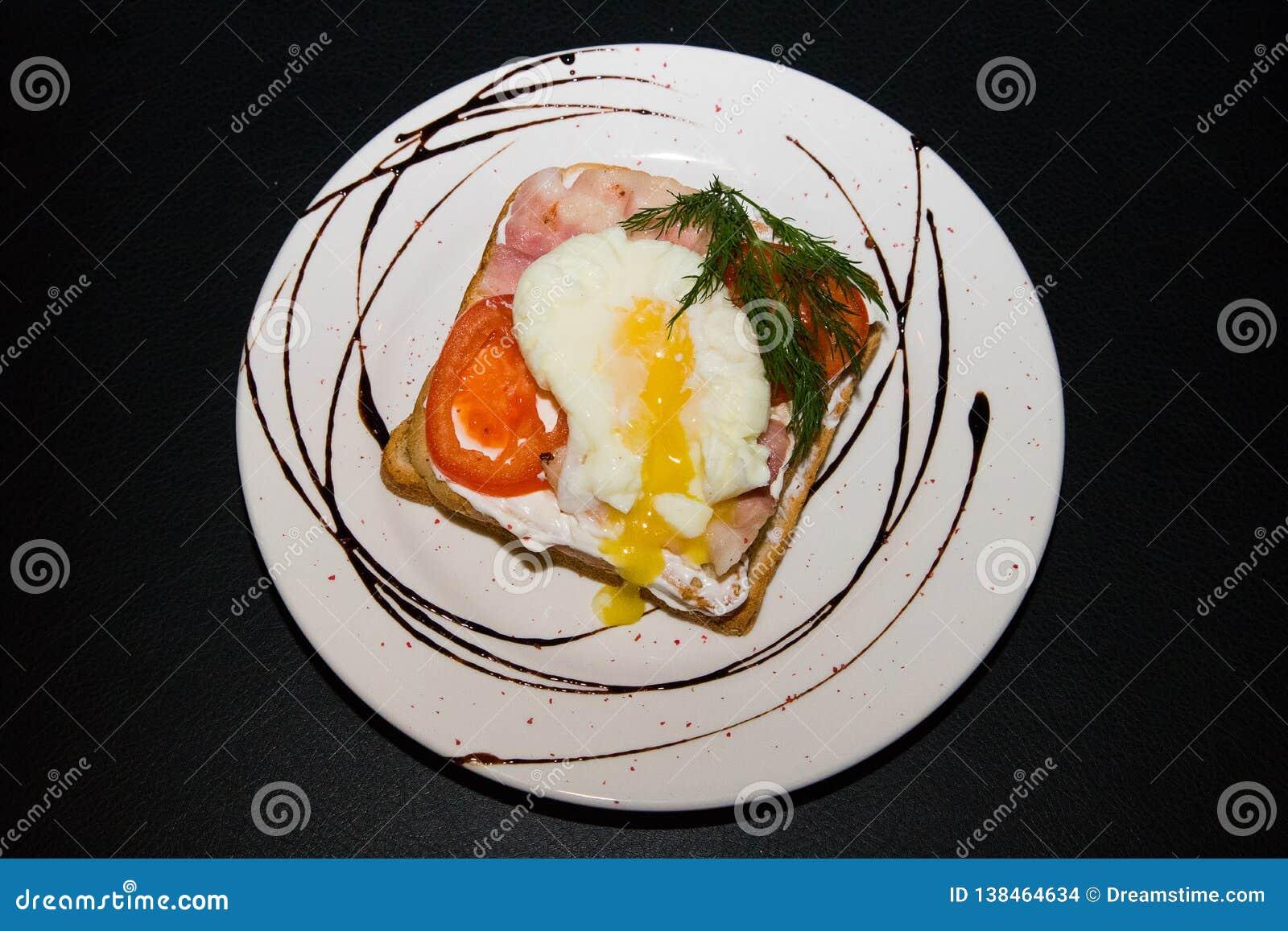 Kanapka z smażącymi warzywami i jajkiem