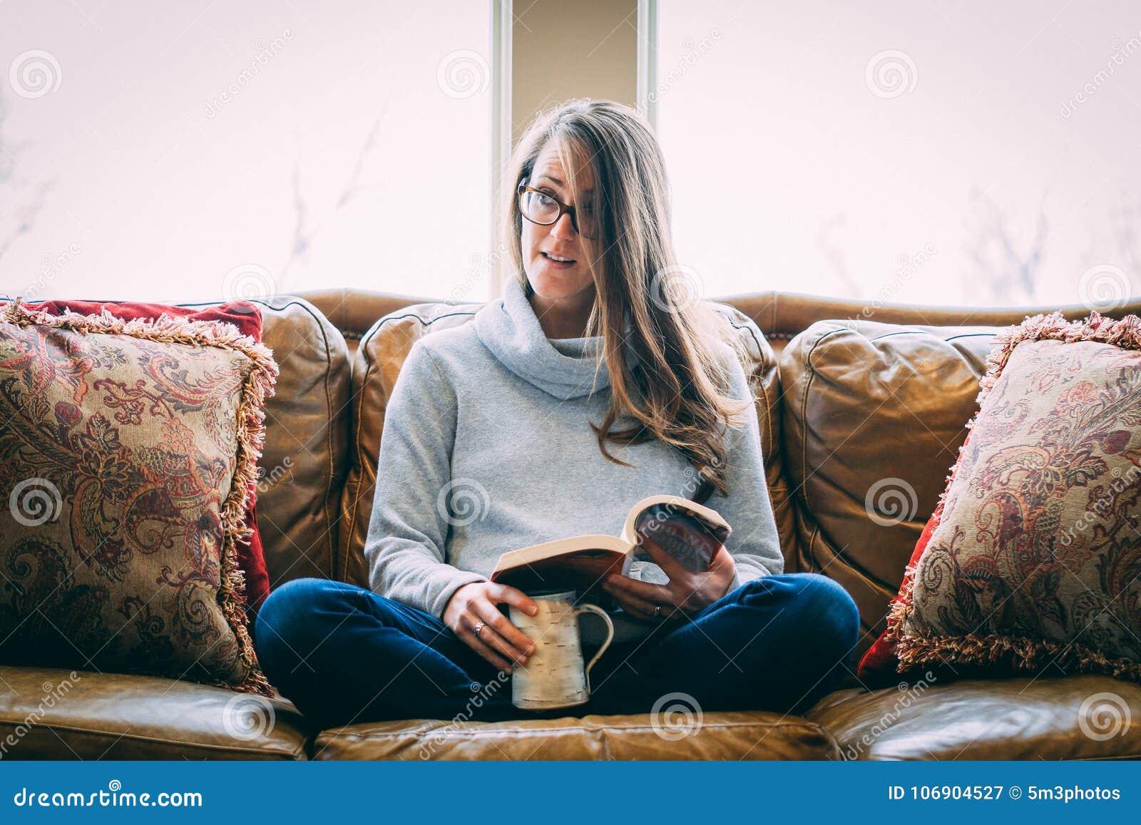 Kanapy relaksująca kobieta