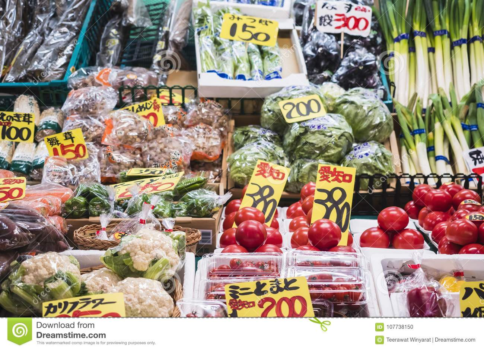 KANAZAWA, JAPÓN - 12 DE ABRIL DE 2017: Producto alimenticio fresco vegetal del mercado de Omicho