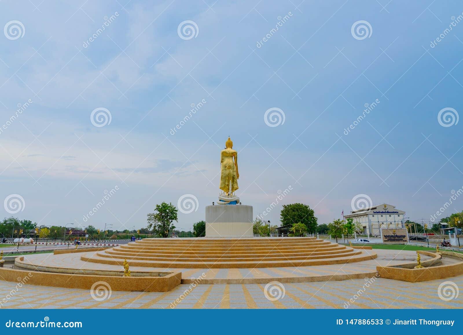 KANCHANABURI ΤΑΪΛΑΝΔΗ - 5 ΑΠΡΙΛΊΟΥ: Αγάλματα του χρυσά Βούδα που βρίσκονται στο φράγμα τον Απρίλιο 5,2019 της Mae Klong