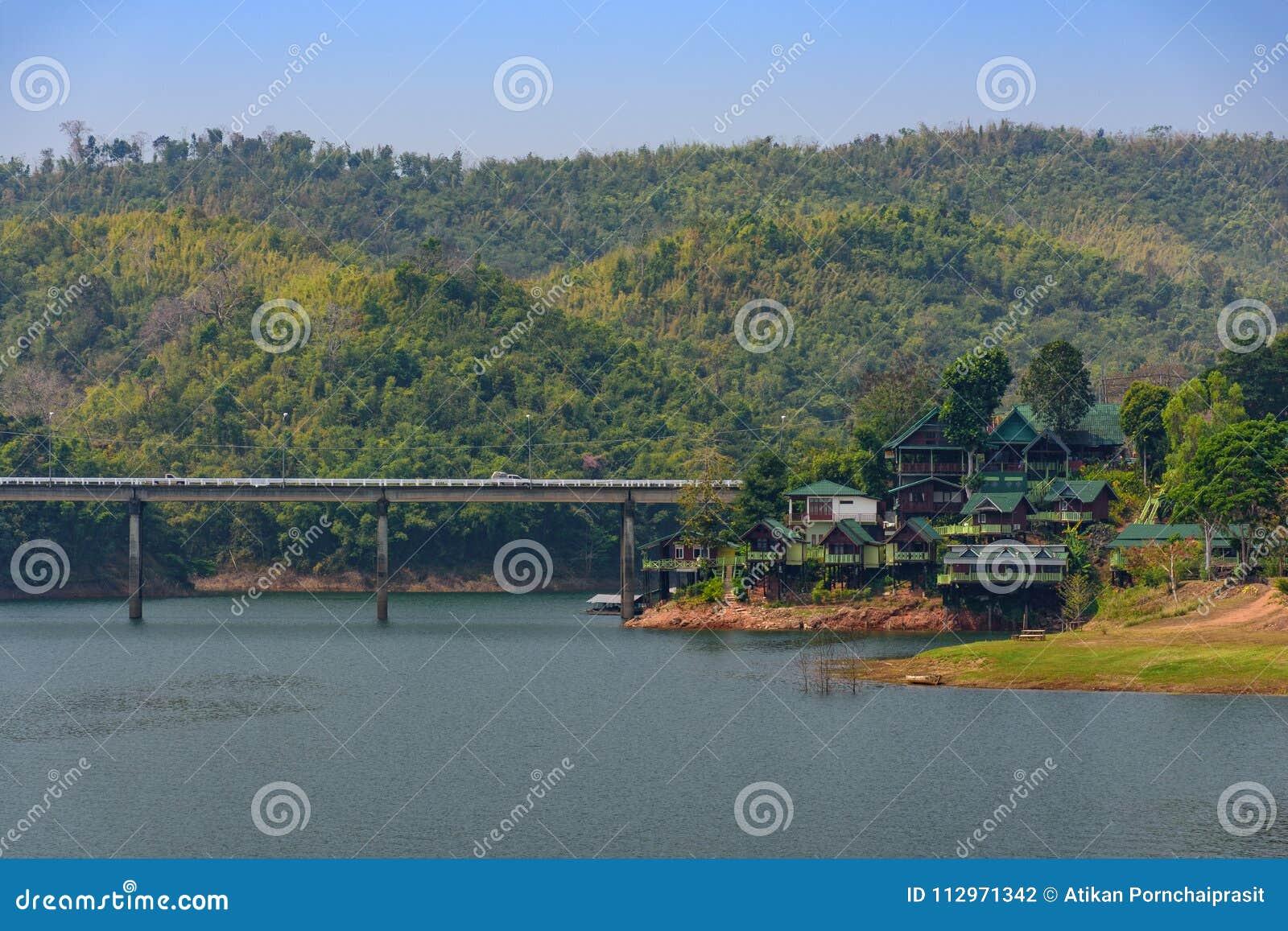 Kanchanaburi, Таиланд - 19-ое февраля 2018: Большой мост сделанный