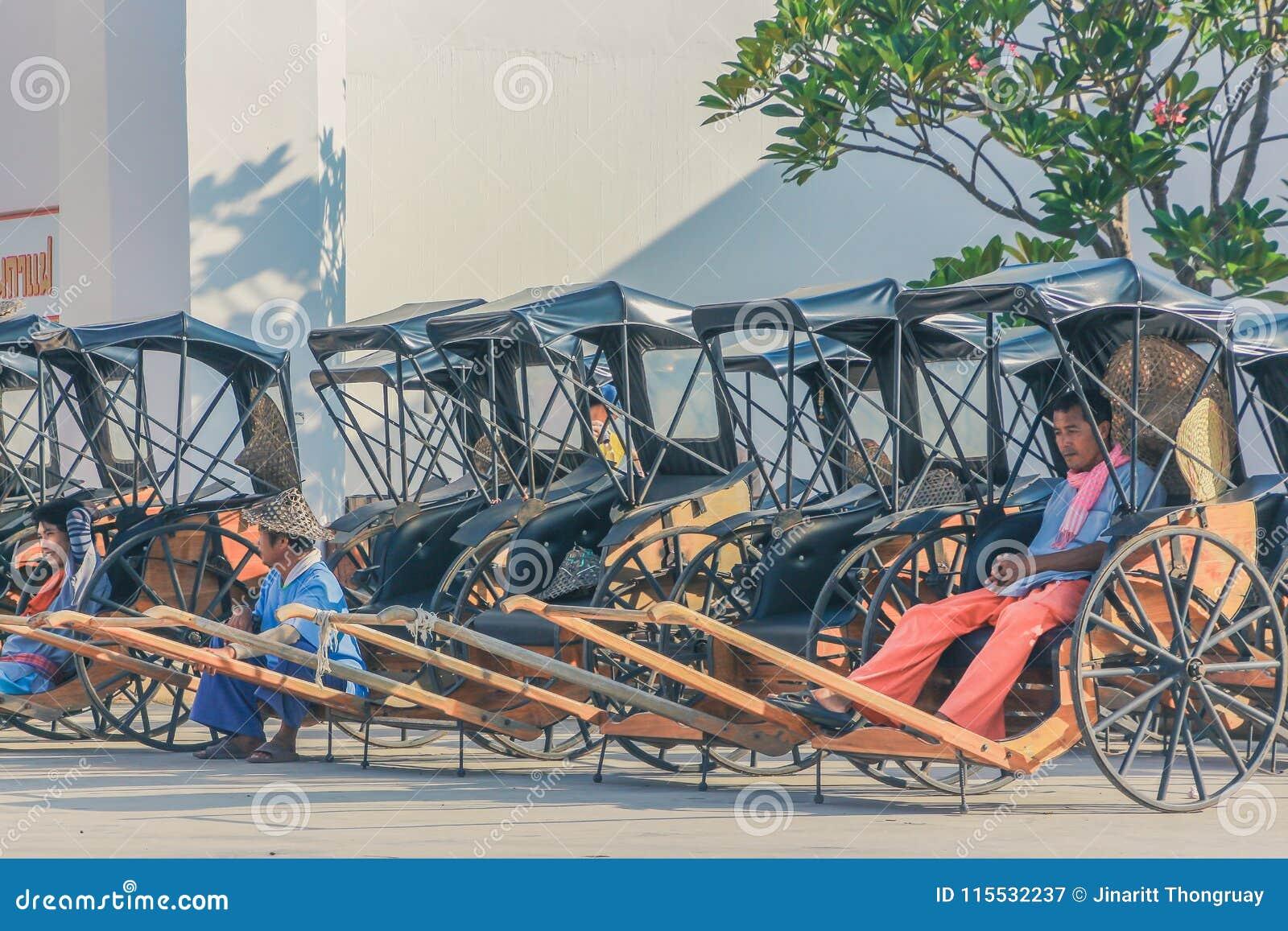 KANCHANABURI, TAILÂNDIA 10 DE DEZEMBRO: Carros de madeira velhos que esperam