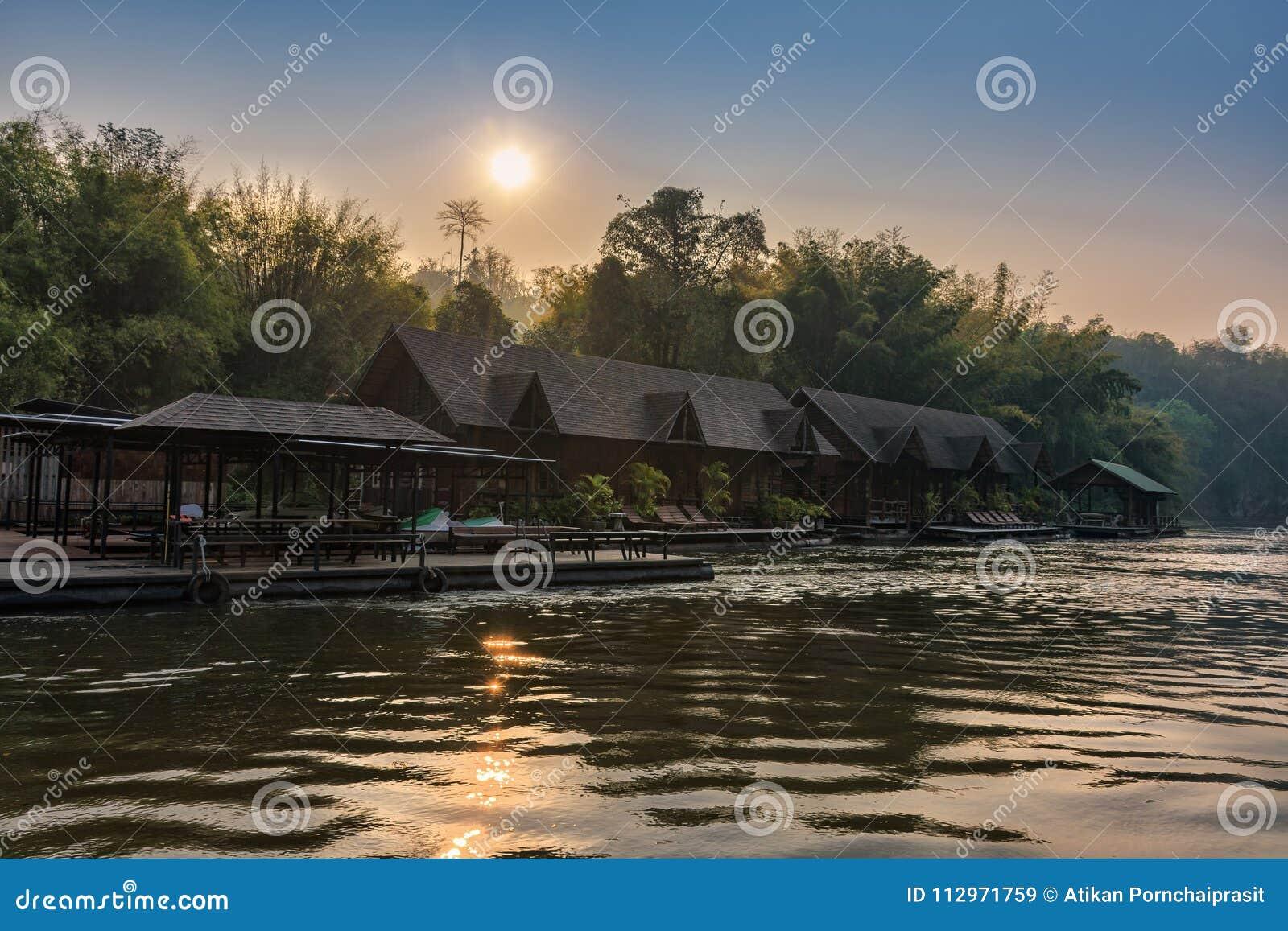 Kanchanaburi, Tailandia - 19 de febrero de 2018: Opinión del río con la balsa