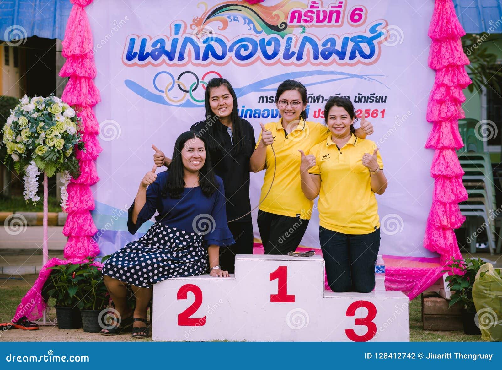 KANCHANABURI TAILANDIA - 8 DE OCTUBRE: Profesor de sexo femenino de Unidentiffied