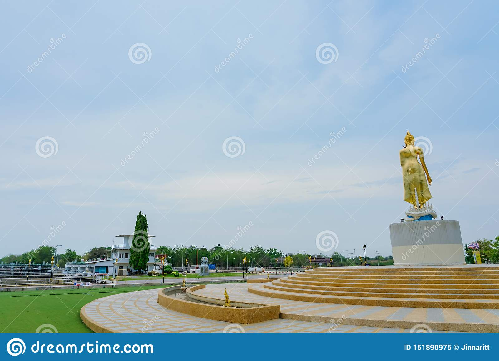 KANCHANABURI TAJLANDIA, KWIECIE? - 5: Buddha Z?ote statuy lokalizowa? na Mae Klong tamie na Kwietniu 5,2019