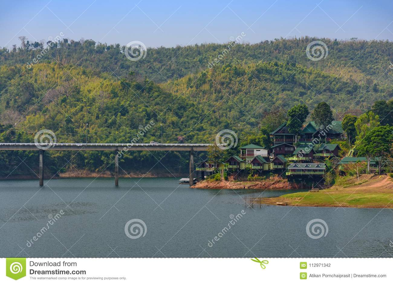 Kanchanaburi, Thailand - Februari 19, 2018: Grote die brug wordt gemaakt van
