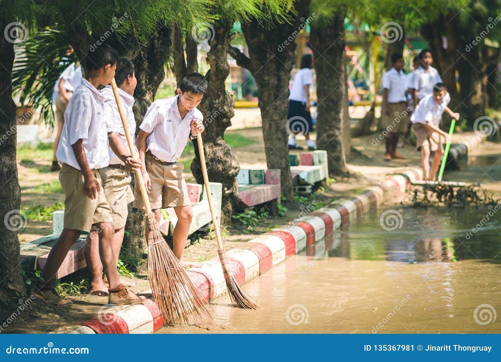 KANCHANABURI THAILAND - OKTOBER 8: De Unidentiffiedstudenten helpen