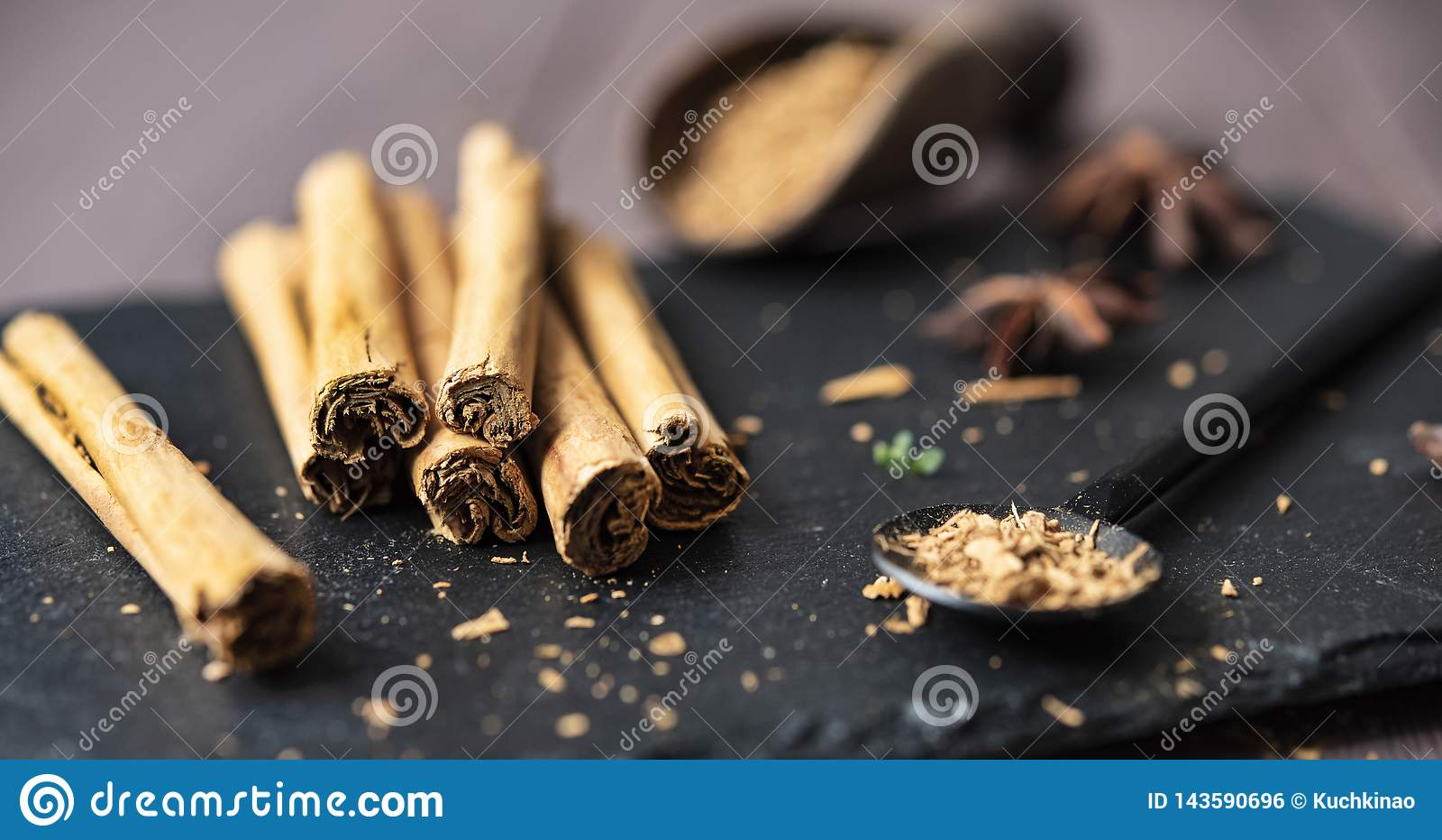 Kanelbrun stisk och pulver på för tabellanis för trä det lantliga tätt upp kryddigt för bruna stjärnor