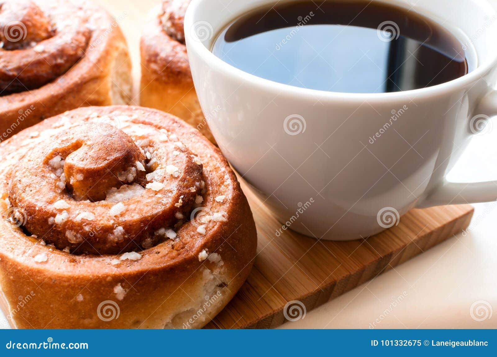 Kanelbruna rullar med kaffe