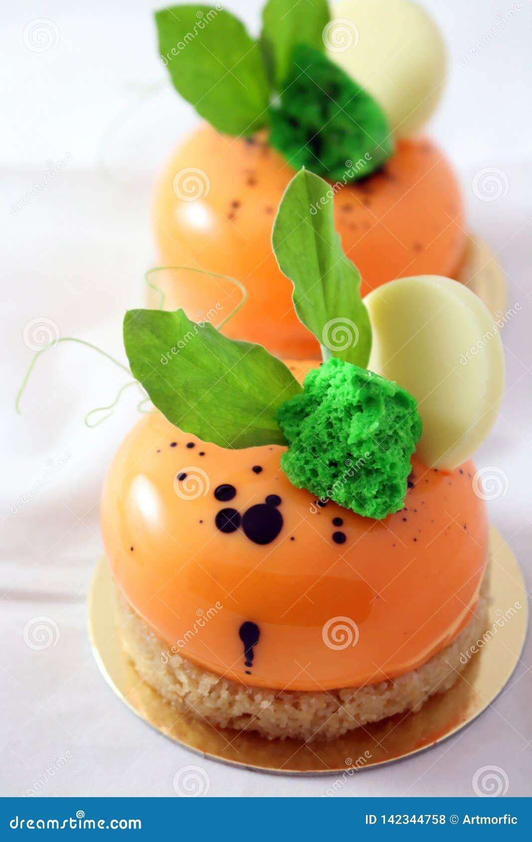 Kaninen gå i ax orange efterrätter för morotkakan med nya gröna sidor och vit chokladgarnering
