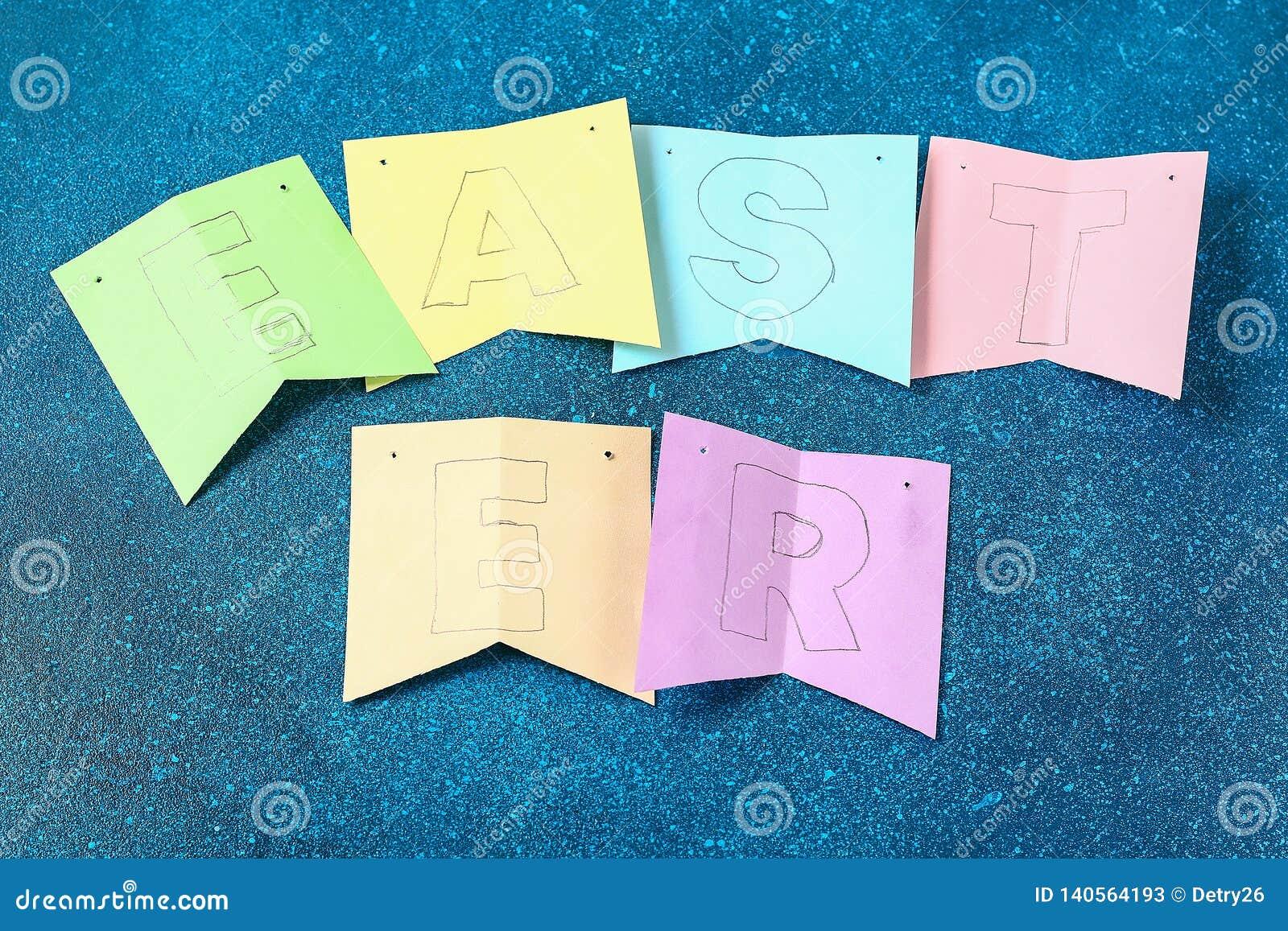 Kaniner för den Diy påskgirlanden, flaggaPÅSK gjorde pappers- blå bakgrund Gåvaidé, dekorvår, påsk
