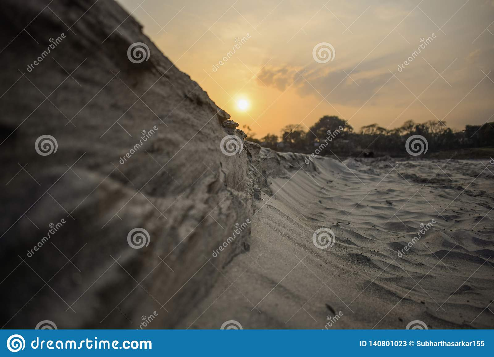 Kanjonbana i en solig dag i - mellan högt vaggar