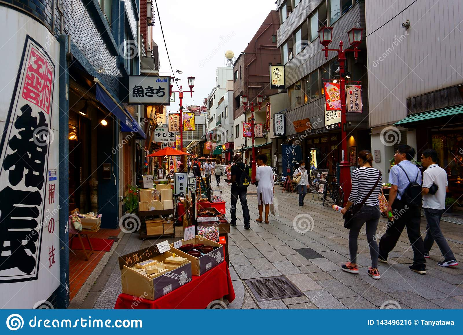 Kannon dori robi zakupy targową ulicę Łomotać i pamiątkarski kupienie w Asakusa