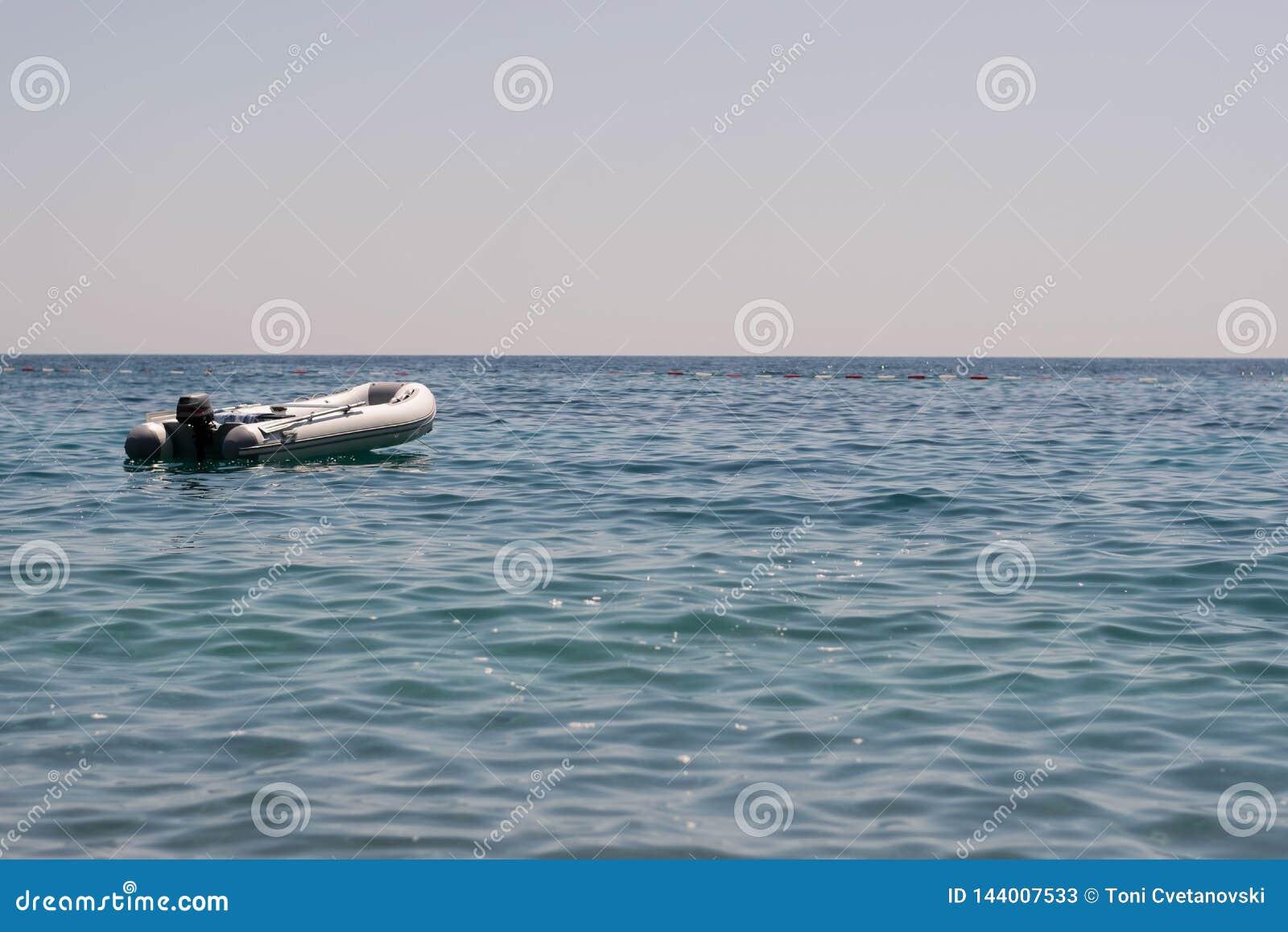 Kano die op het kalme water drijven