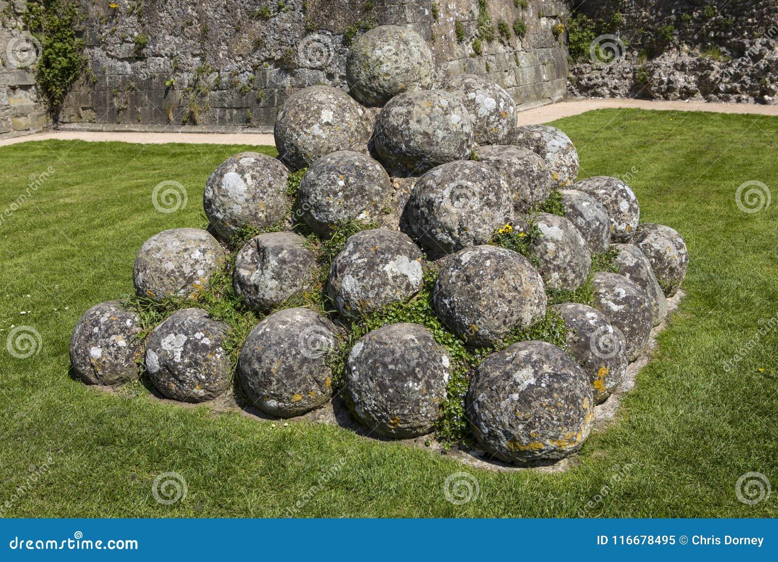 Kanonbollar på den Pevensey slotten i östliga Sussex