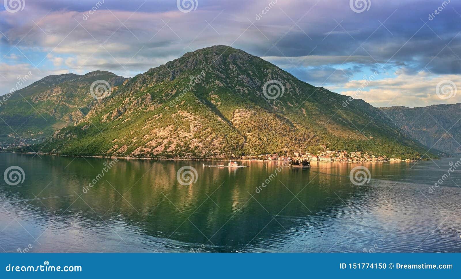 Kanoniczny widok w Kotor zatoce, Montenegro