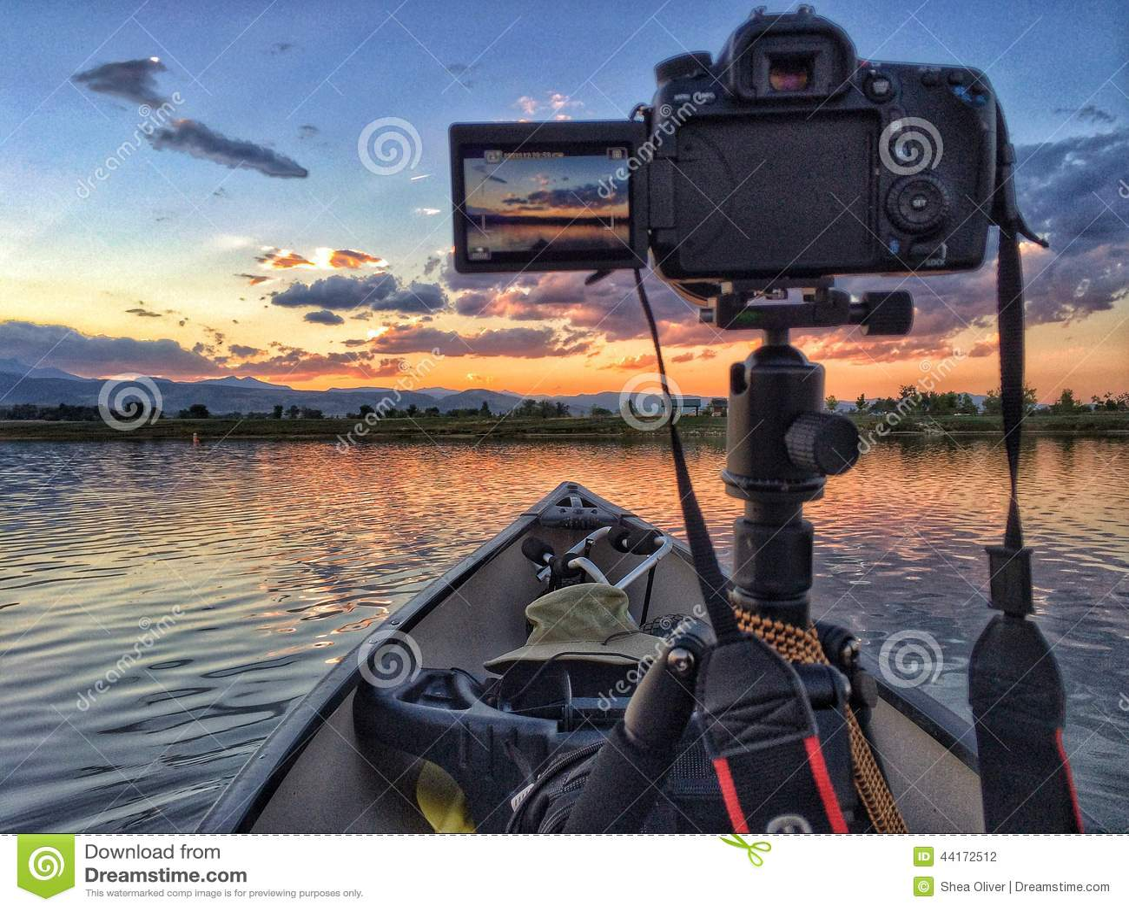 Kanota och fotografera solnedgången på den Lagerman behållaren