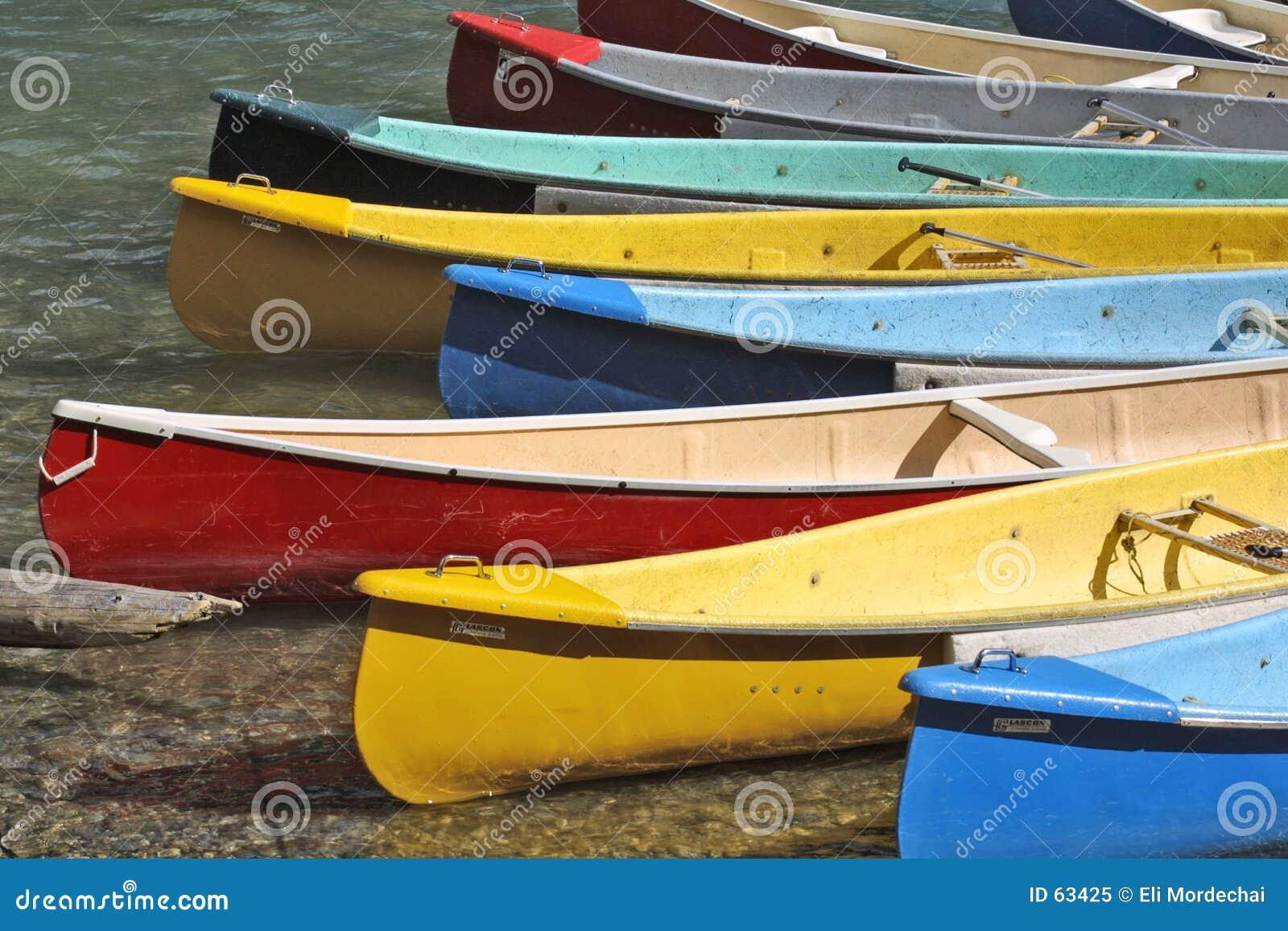 Kanotar den färgrika docken