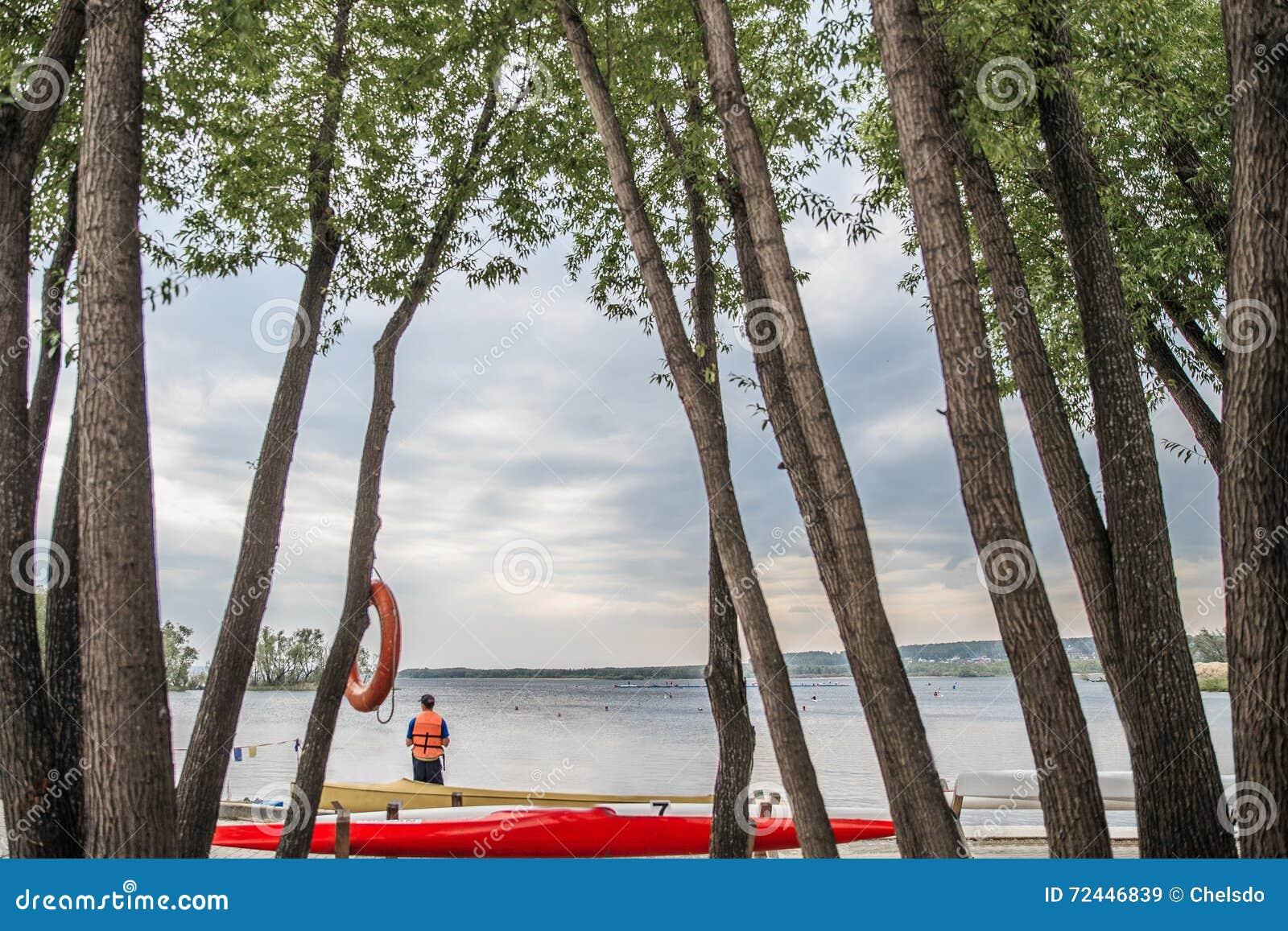 Kanoter och kajaker på sjön