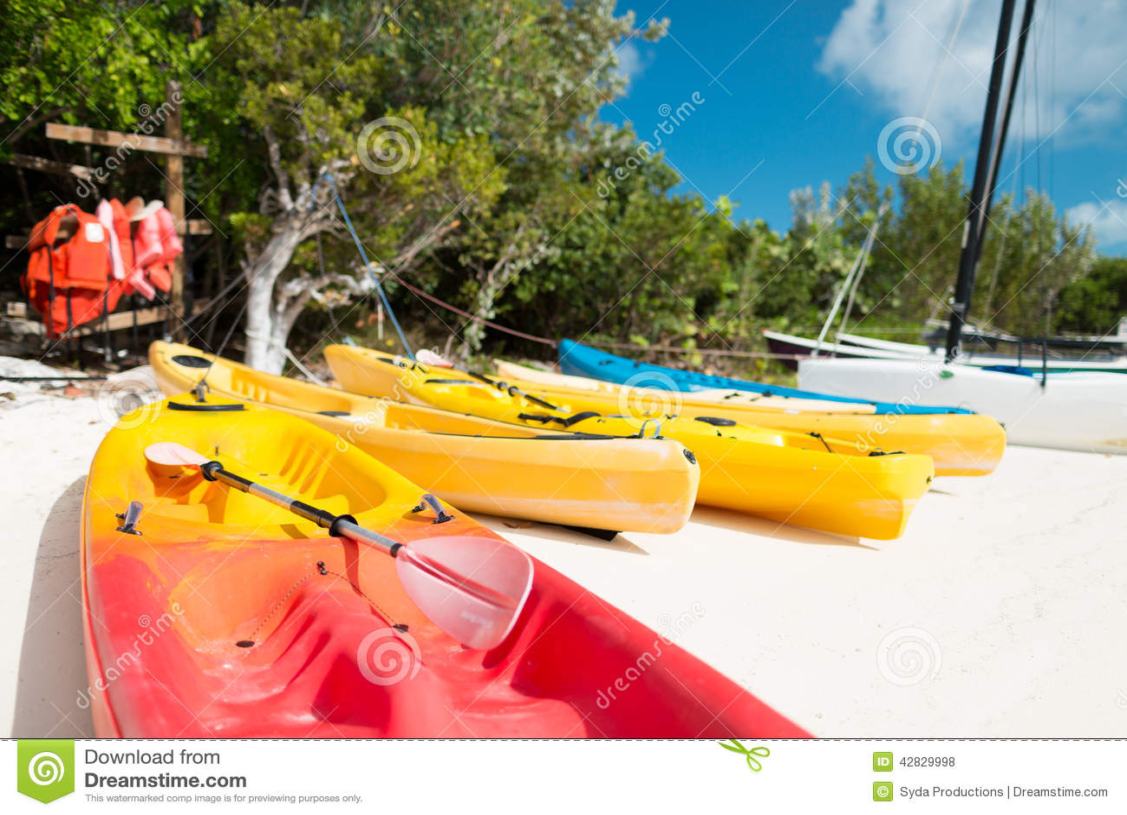 Kanoter på den sandiga stranden