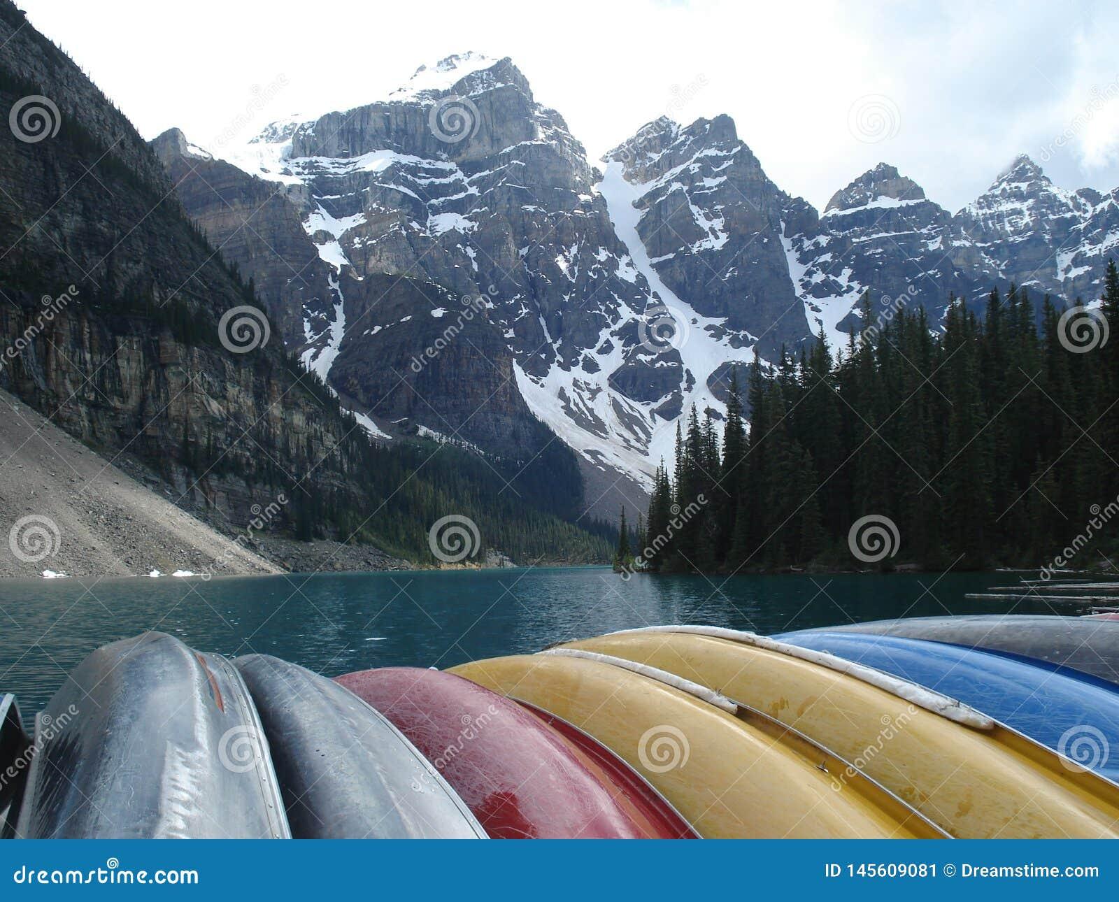 Kanoter på sjön Moarine