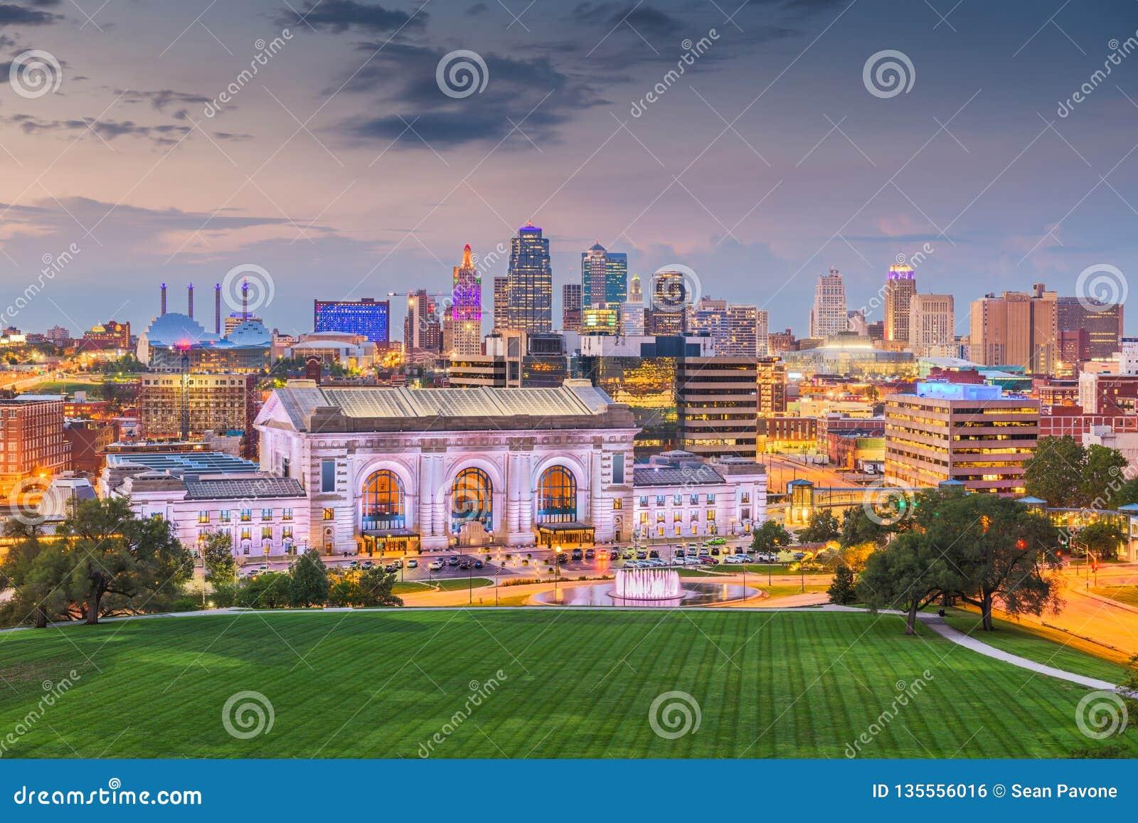Kansas City, Миссури, горизонт США городской со станцией соединения