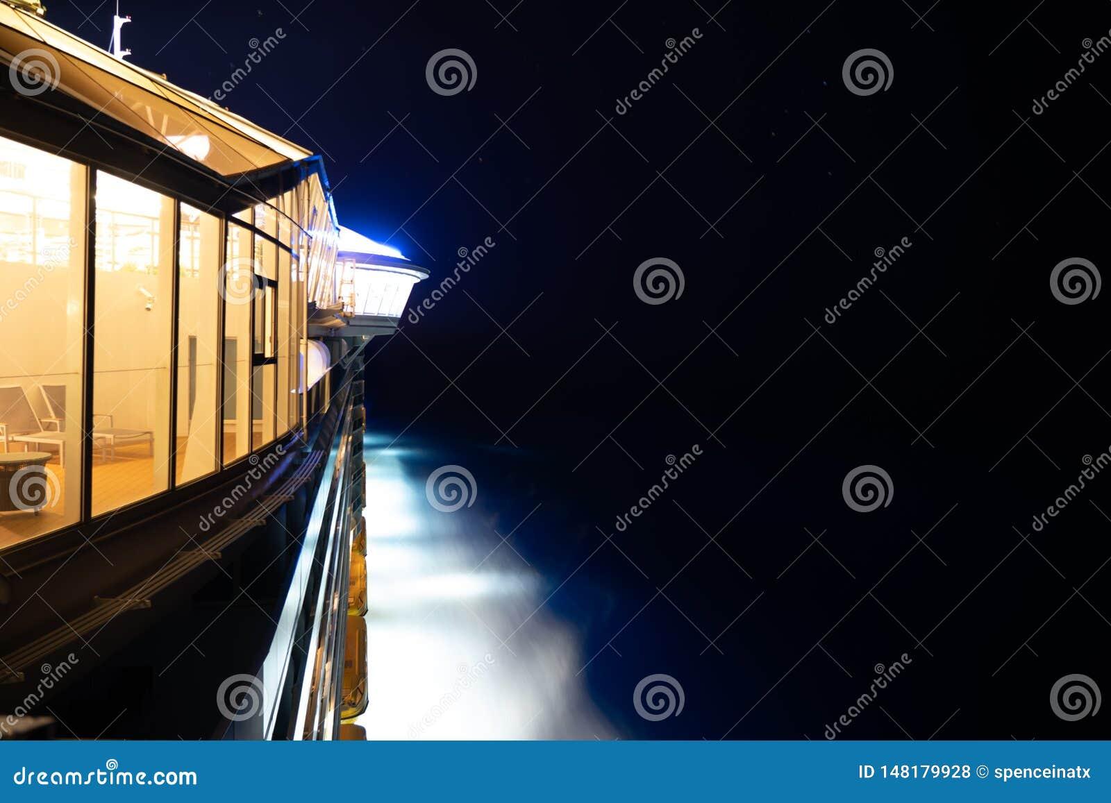 Kant van cruiseschip bij nacht