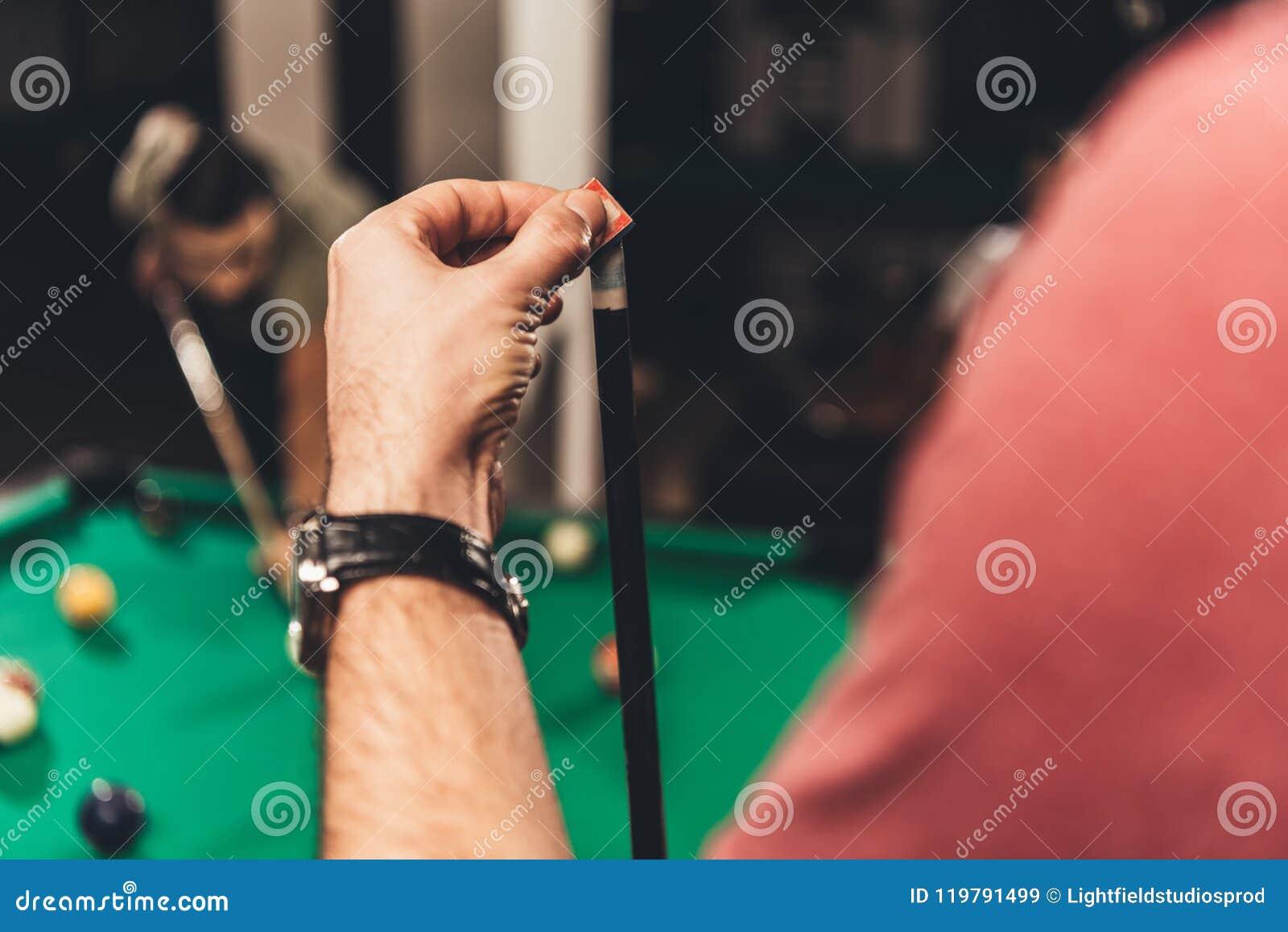 Kantjusterad bild av den chalking billiardstickrepliken för man på stången