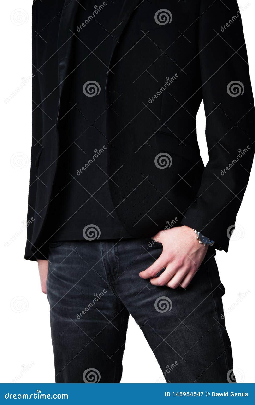 Kantjusterad huvudman i svart blazer med handen i jeans fack