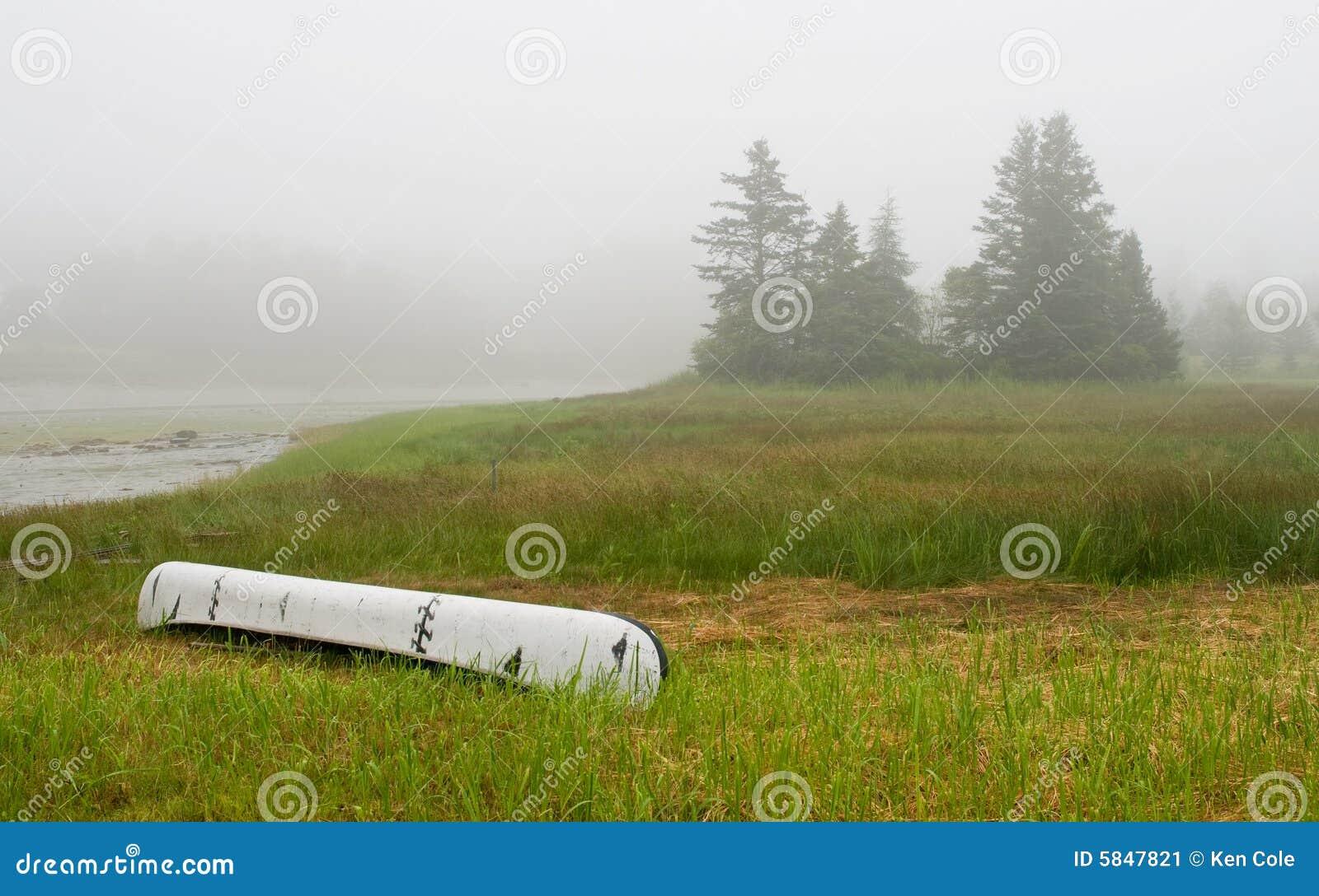 Kanu auf Eingang im Nebel