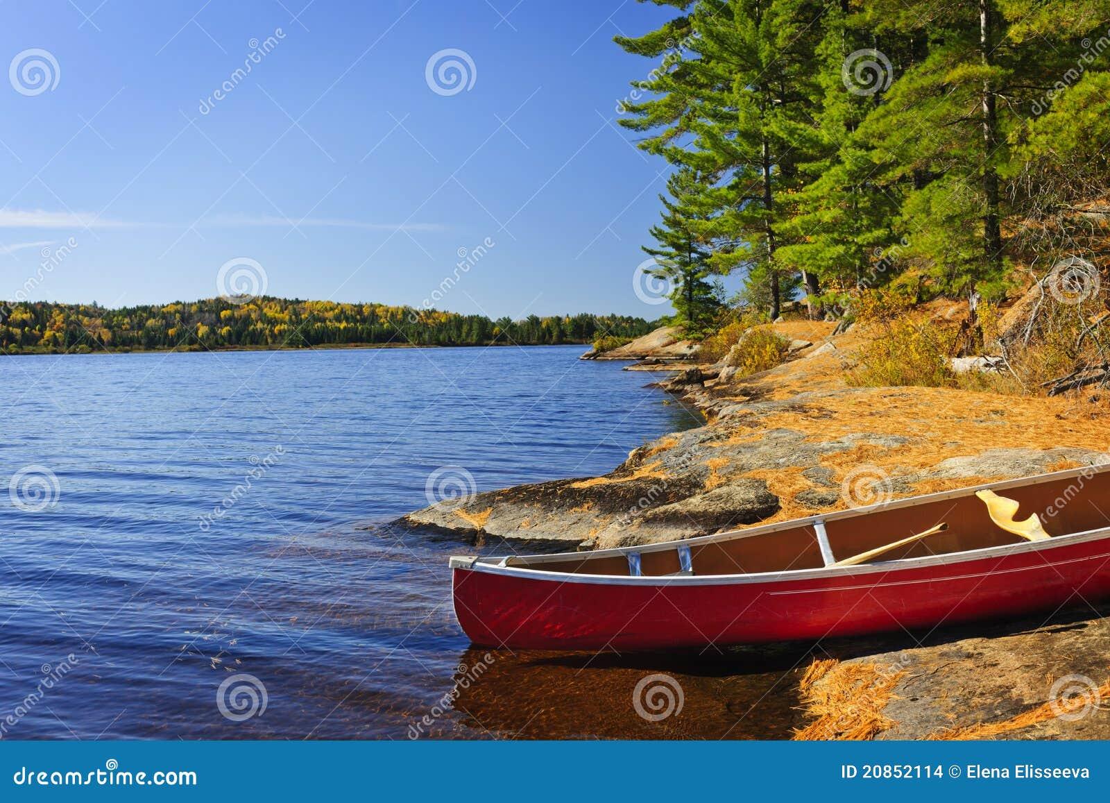 Kanu auf Ufer
