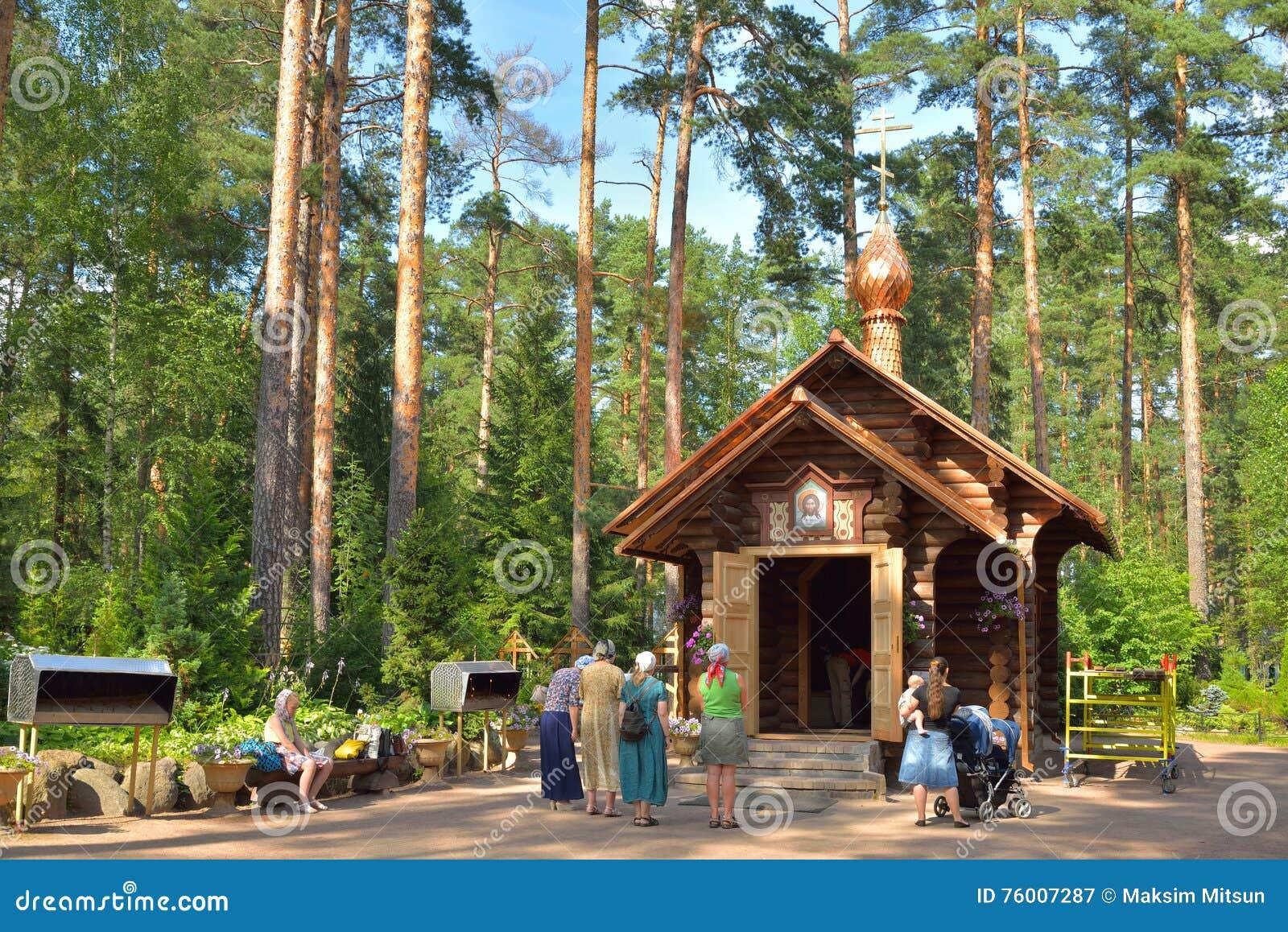 Kapelle von St.-Seraph und die Gemeindemitglieder im Sommer, Vyrit