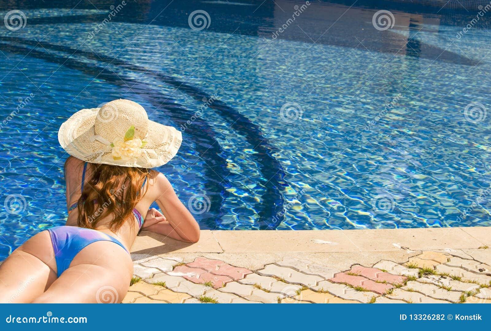 Kapeluszowa pobliski basenu słomy kobieta
