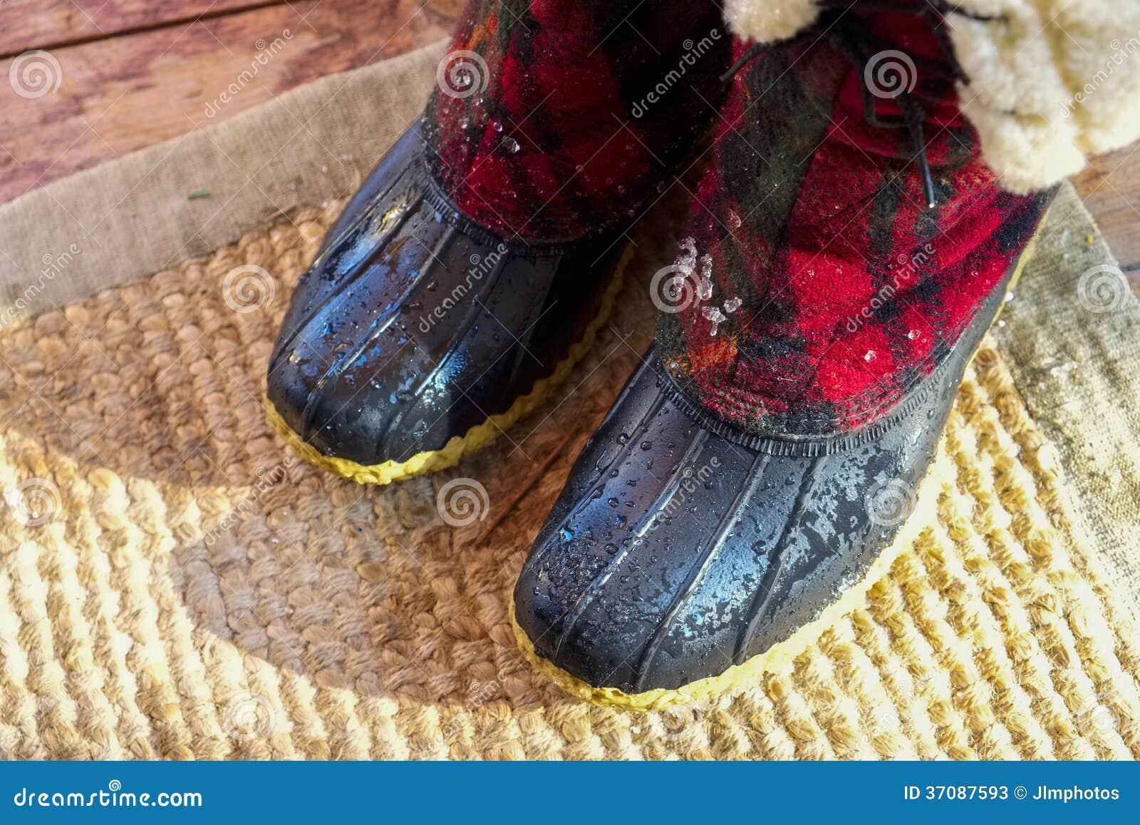Download Kapiący Mokrzy śnieżni Buty Obraz Stock - Obraz złożonej z śnieżny, odzież: 37087593