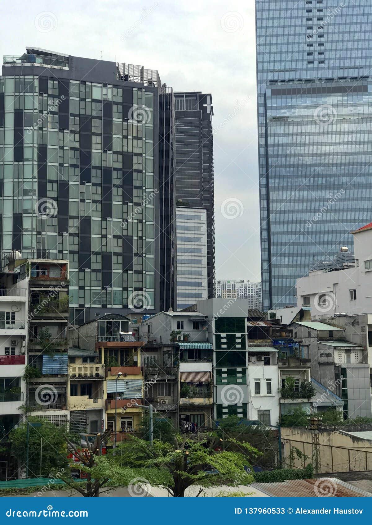 Kapitał Kambodża jest Phnom Penh Widok slamsy i drapacz chmur