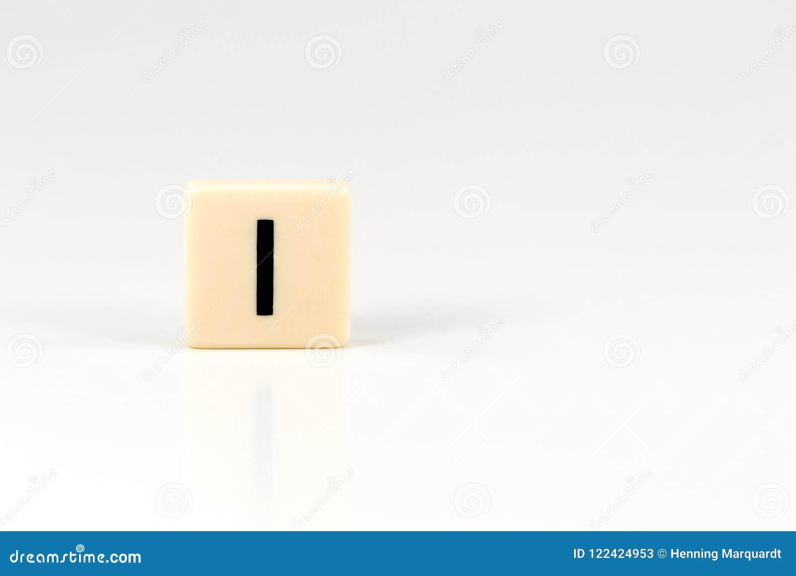 Kapitałowy list Ja na klingeryt desce odizolowywającej na białym tle