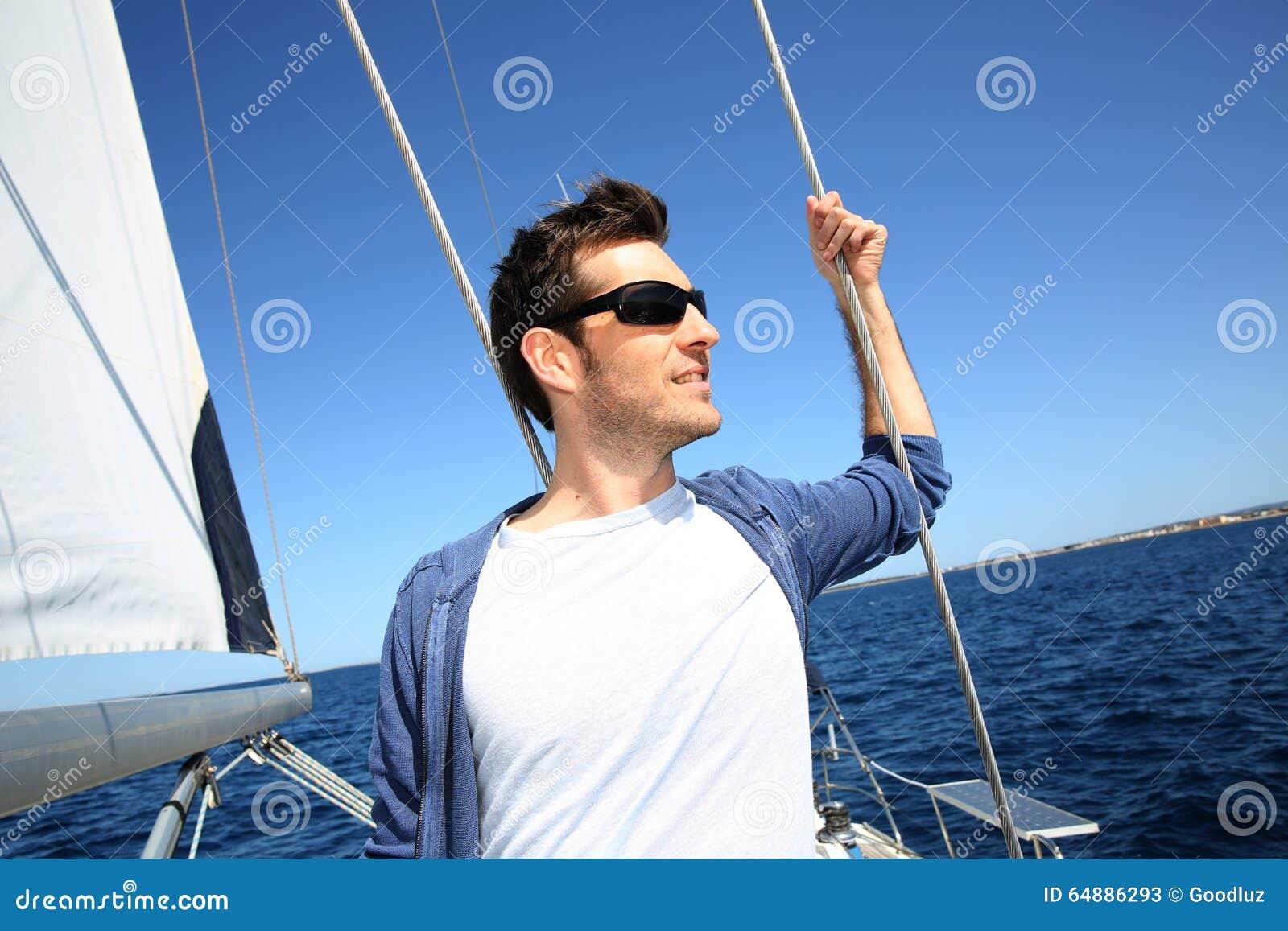 Kapitein die zich op varende boot bevinden
