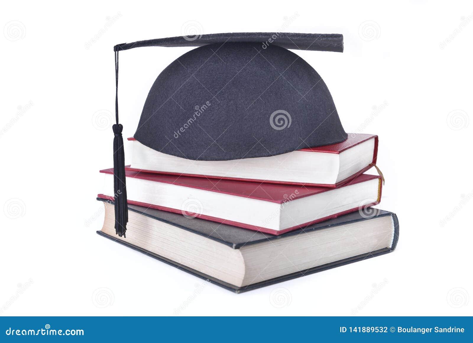 Kappe setzte die Bücher gestapelt lokalisiert auf weißen Hintergrund